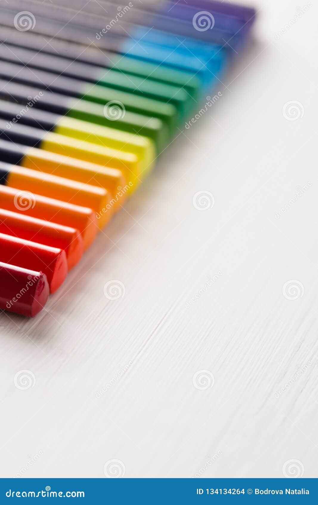 Los lápices coloreados mienten en fila