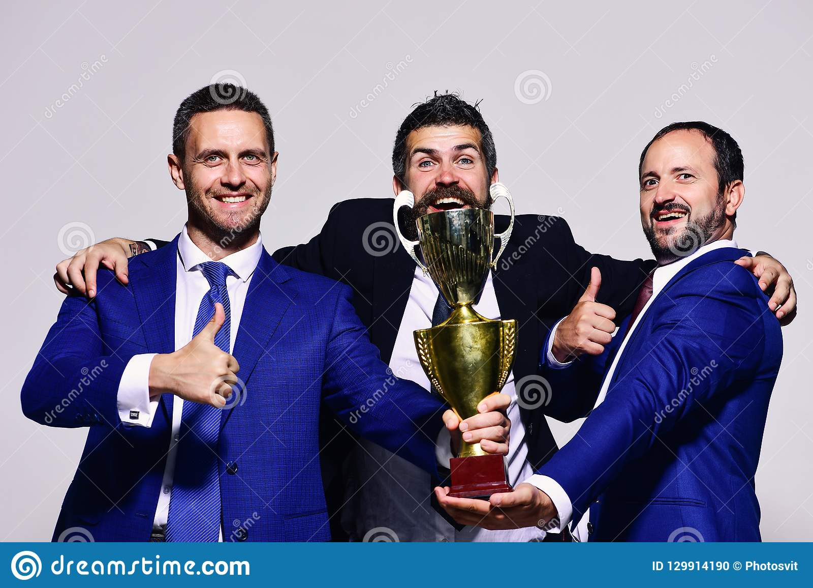 Los líderes de la compañía detienen el premio, los pulgares de la demostración y el abrazo de oro