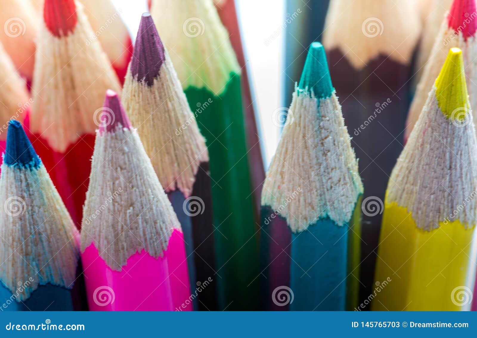 Los l?pices para arriba se cierran con color y puntos afilados