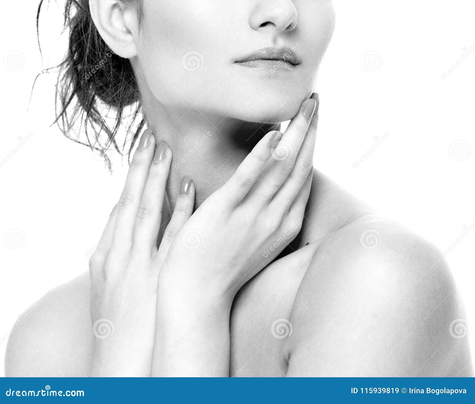 Los labios del hombro del cuello de la mujer sospechan las mejillas de la barbilla blancos y negros
