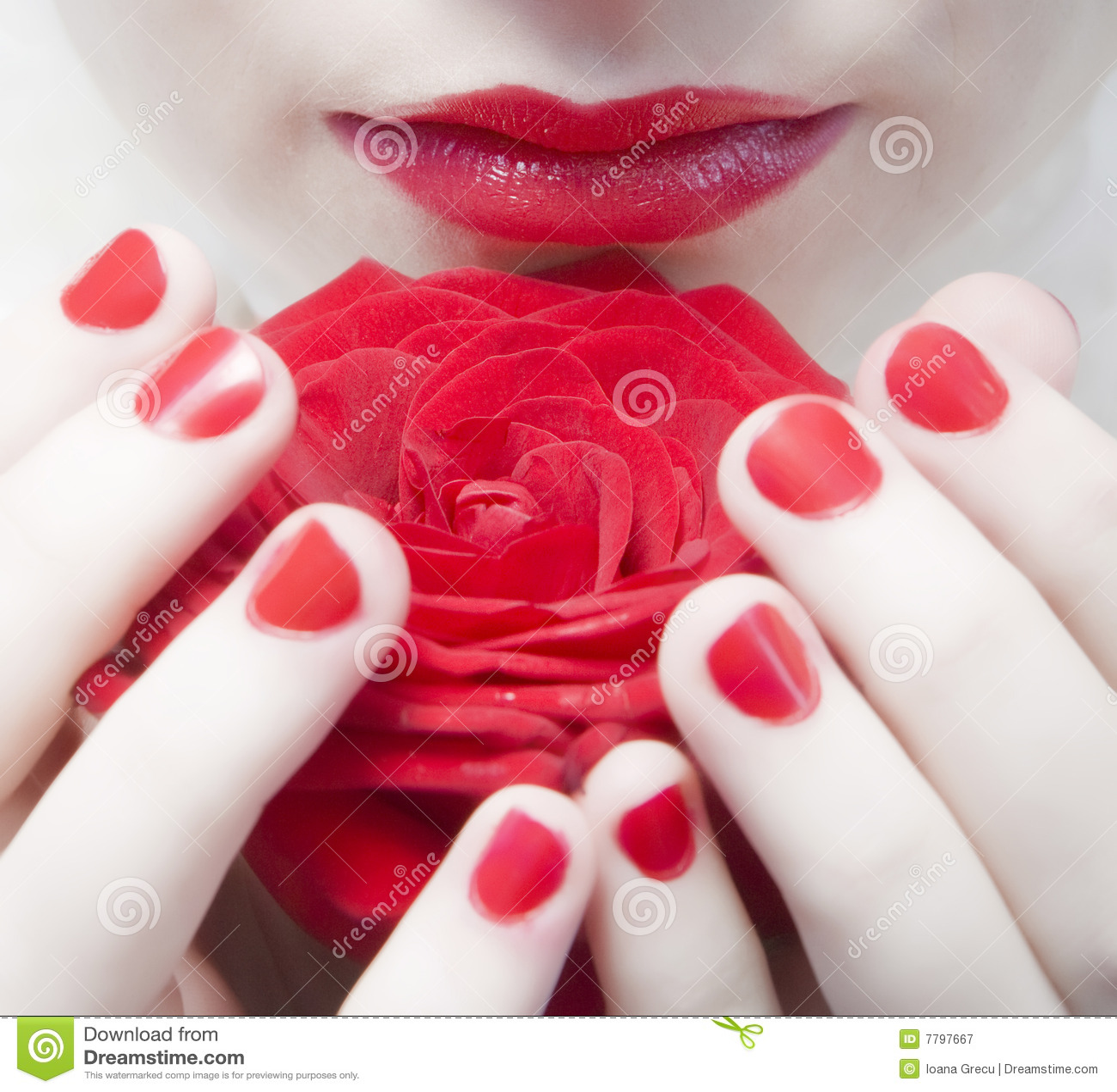 Los labios rojos, clavos y se levantaron