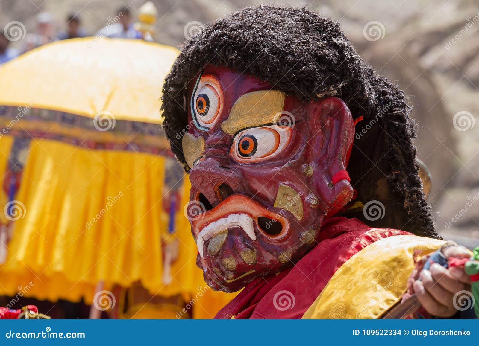 Los lamas tibetanos se vistieron en el misterio místico de Tsam de la danza de la máscara a tiempo del festival budista en Hemis