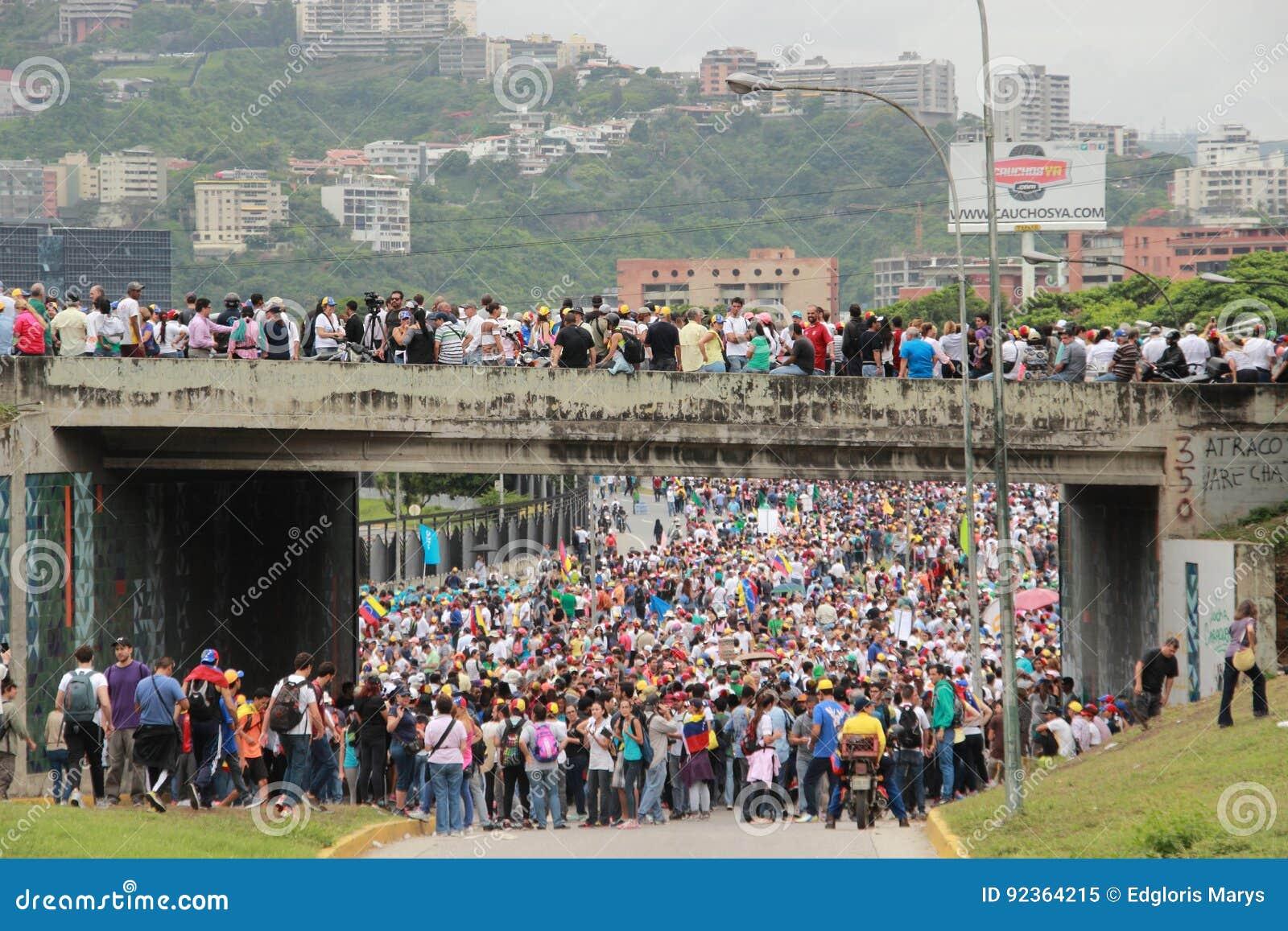 Los manifestantes antigubernamentales cerraron una carretera en Caracas, Venezuela