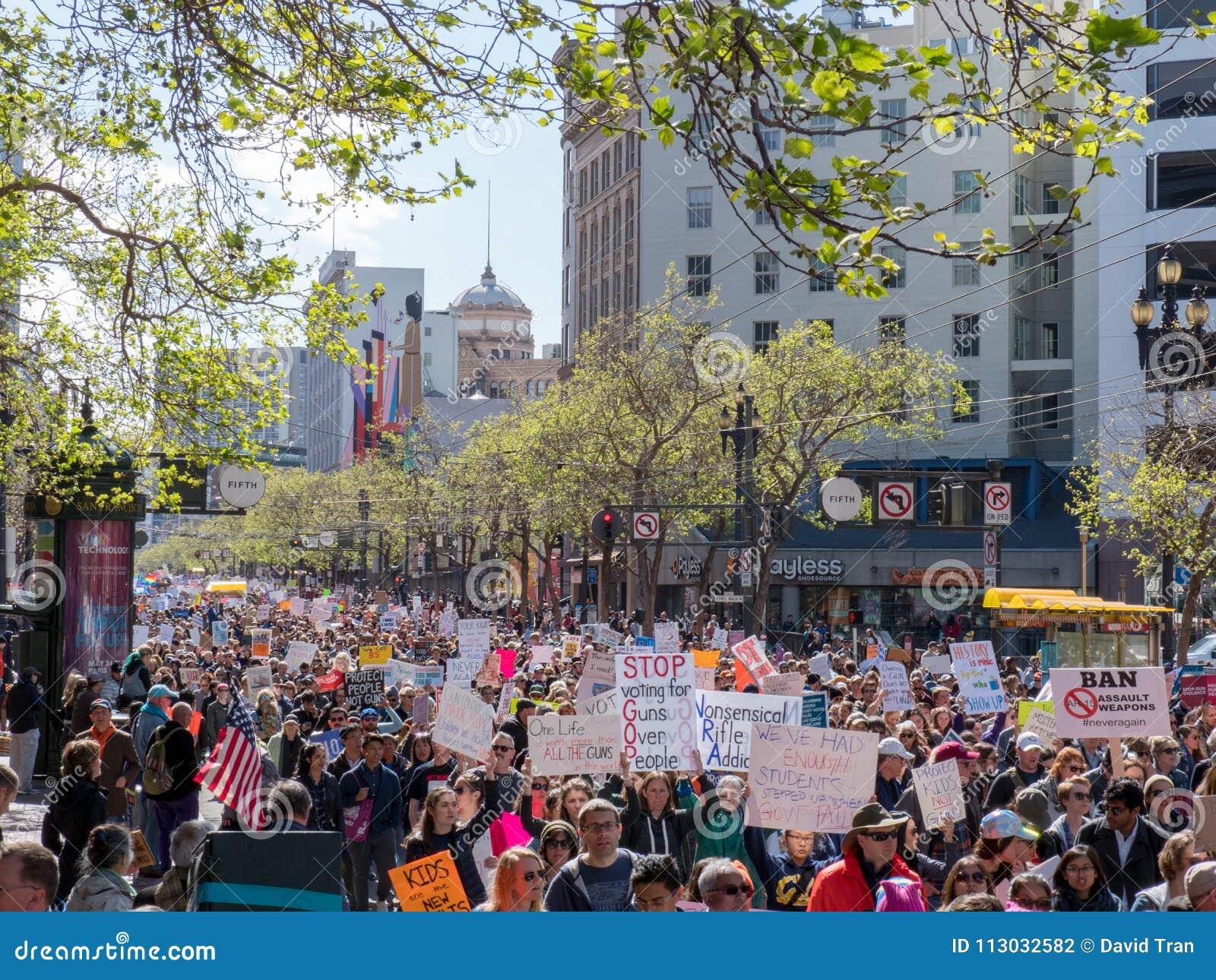 Los manifestantes en marzo por nuestras vidas se reúnen en travesía abajo comercializan el St