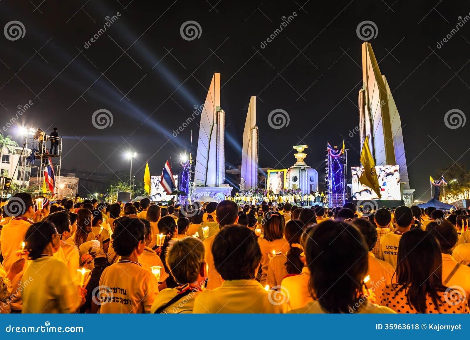 Los manifestantes encienden la vela