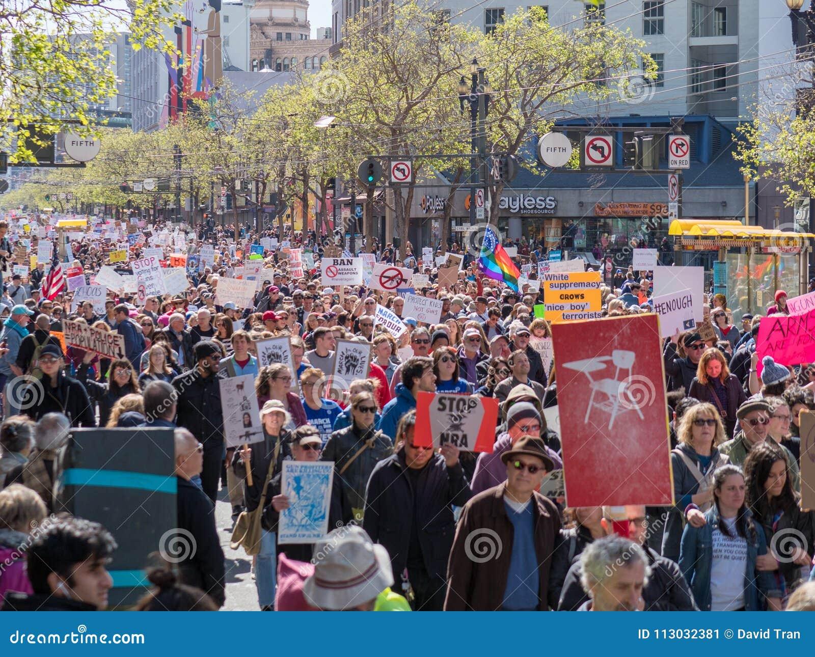 Los manifestantes marchan en marzo por nuestras vidas se reúnen en San Francisco