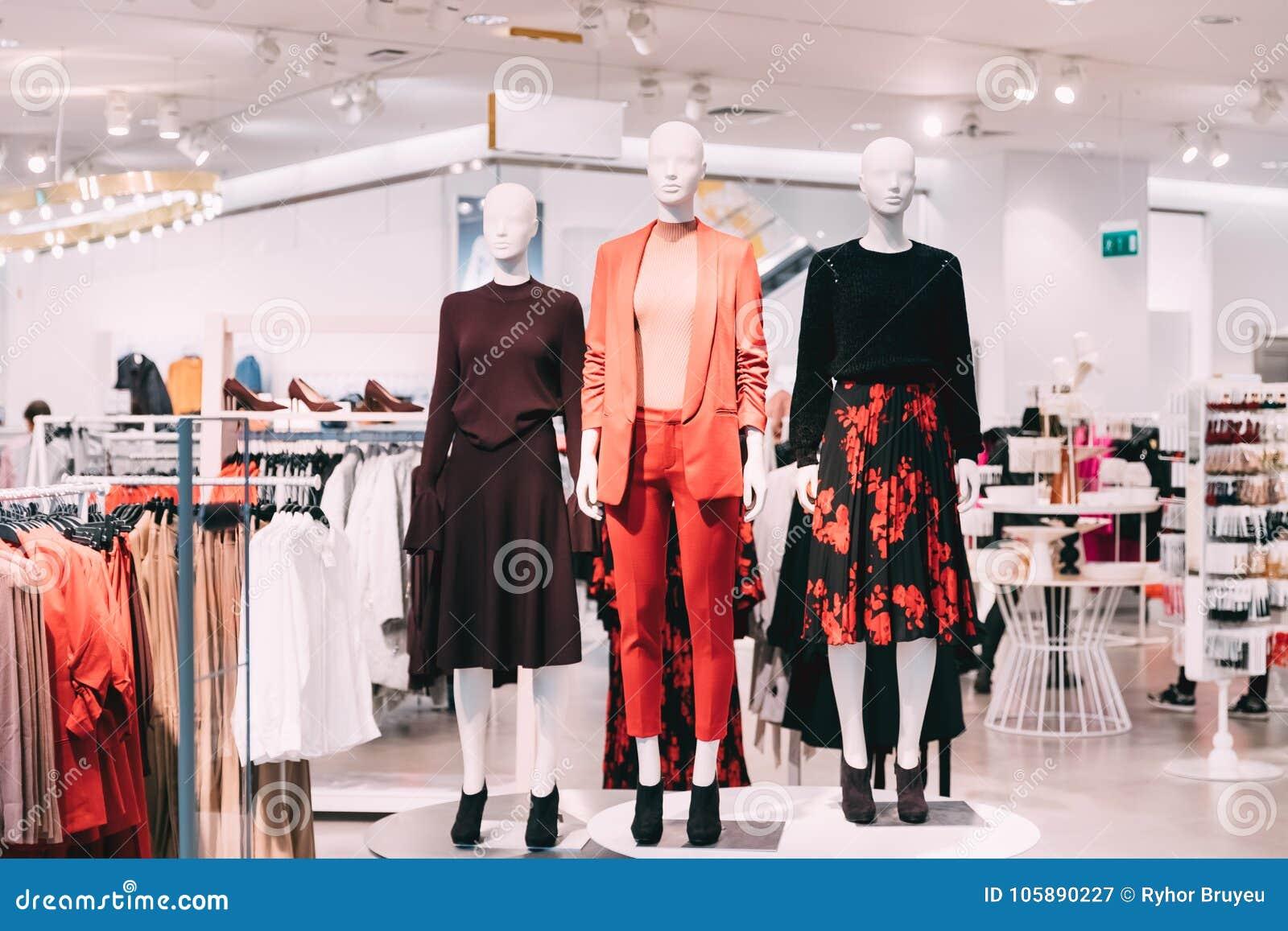 79b02dc316 Maniquíes vestidos en ropa casual de la mujer femenina en la tienda del  centro comercial