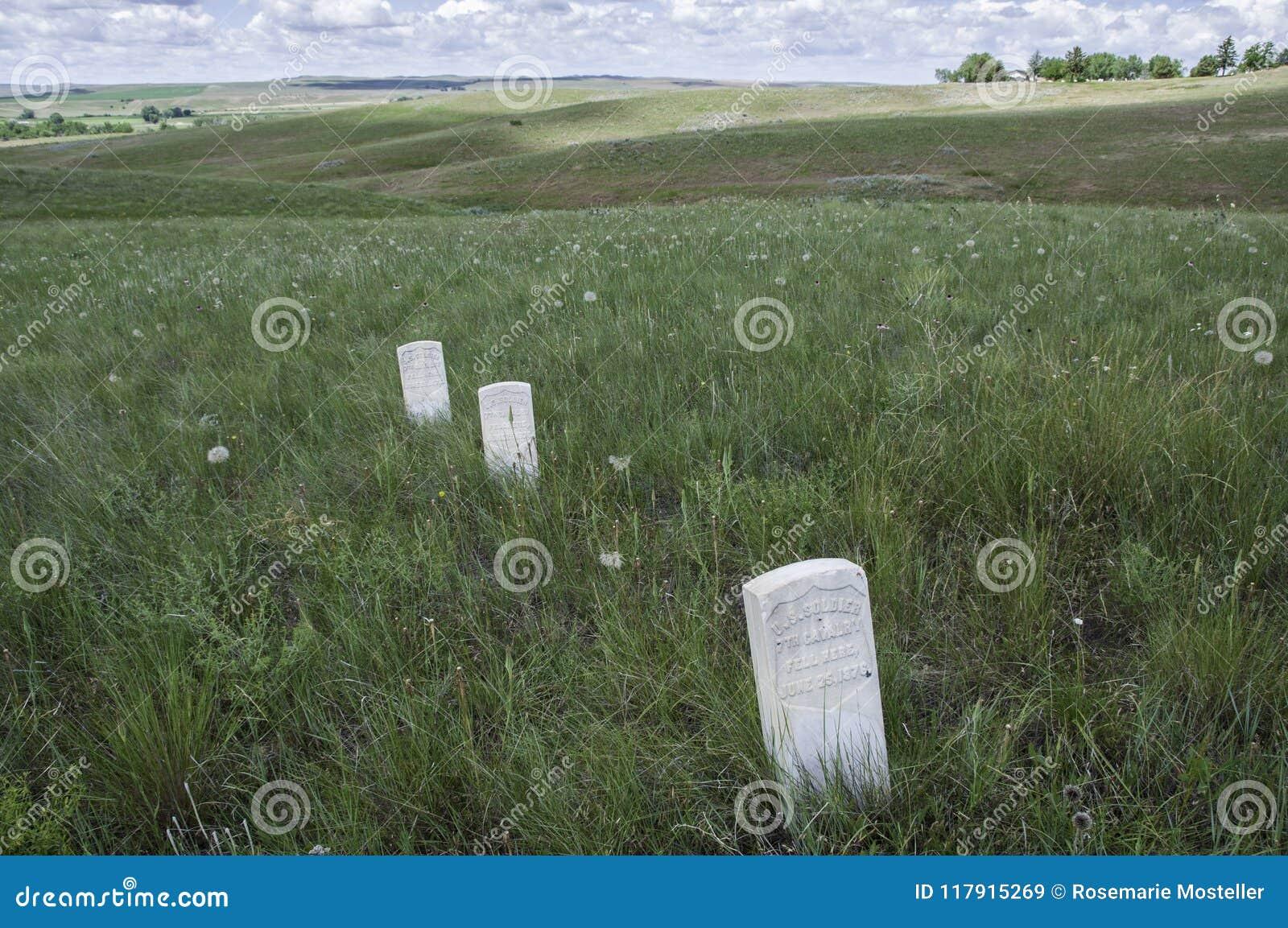 Los marcadores muestran adonde los soldados de los E.E.U.U. se cayeron durante la batalla del Little Bighorn