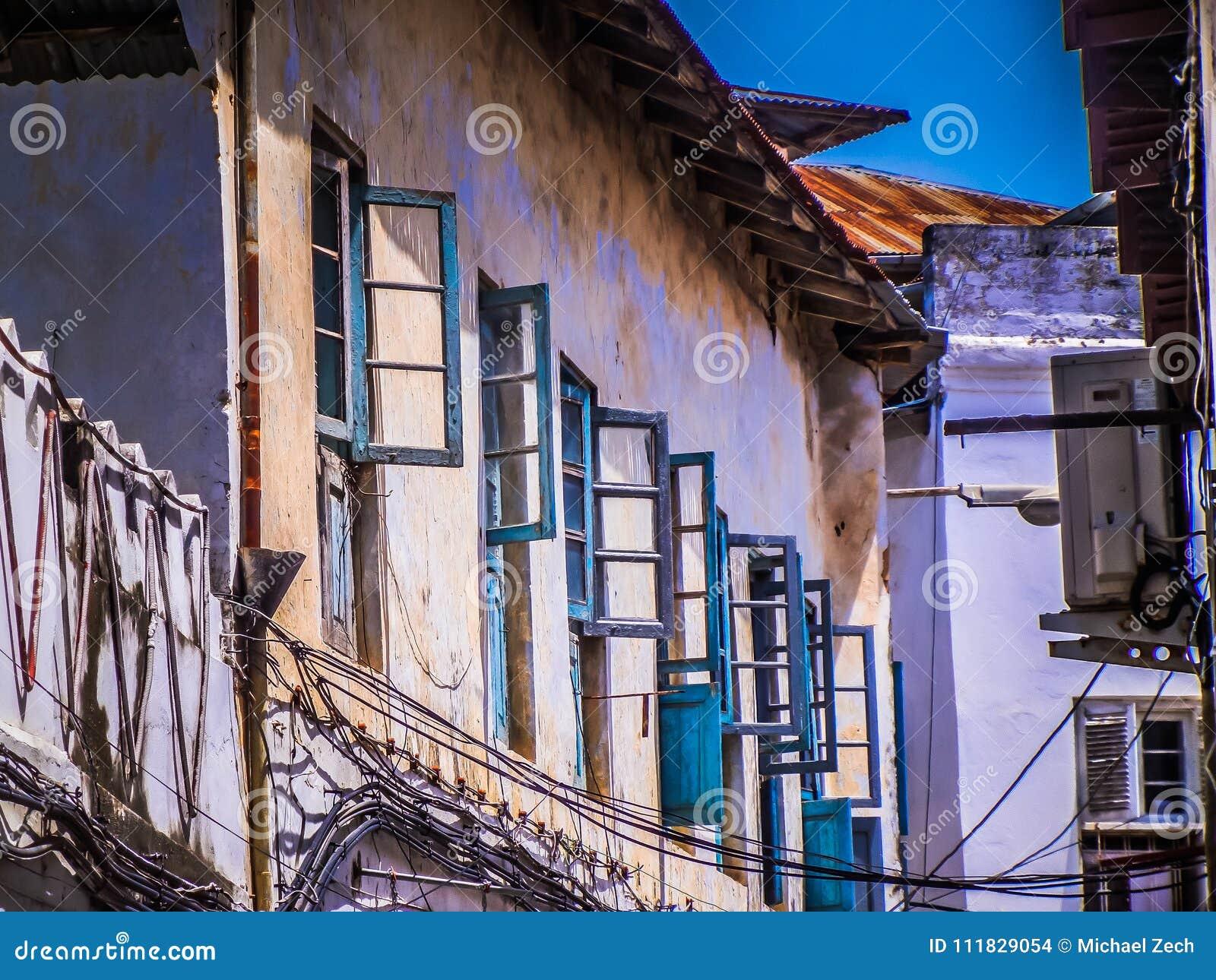 Los Marcos De Ventana Azules En La Arcilla Amarilla Emparedan El ...
