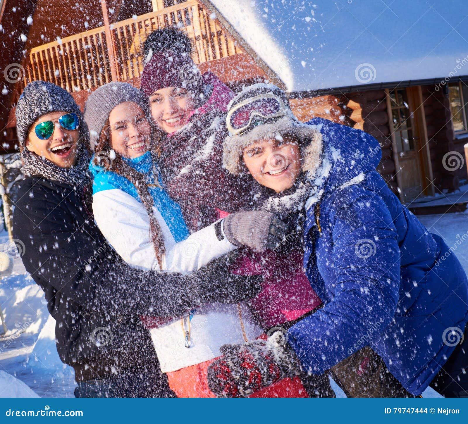 Los mejores amigos pasan vacaciones de invierno en la cabaña de la montaña