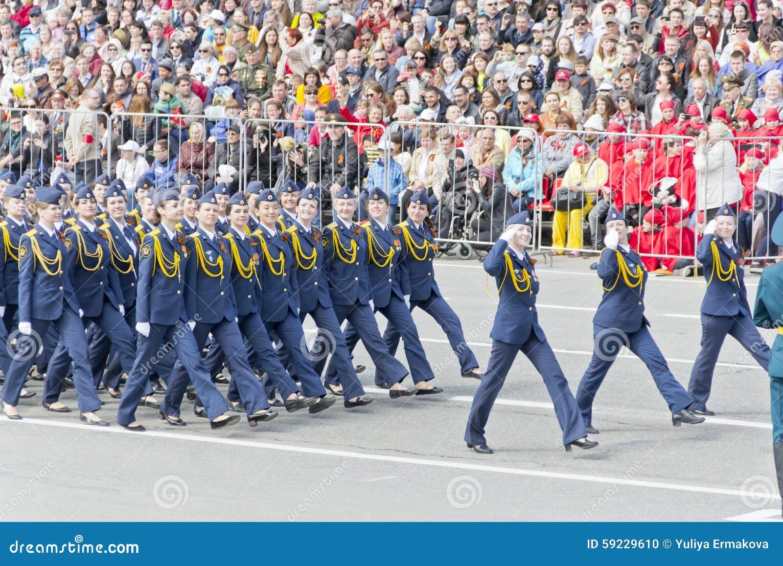 Los midshipmans rusos de la mujer marchan en el desfile en la victoria anual