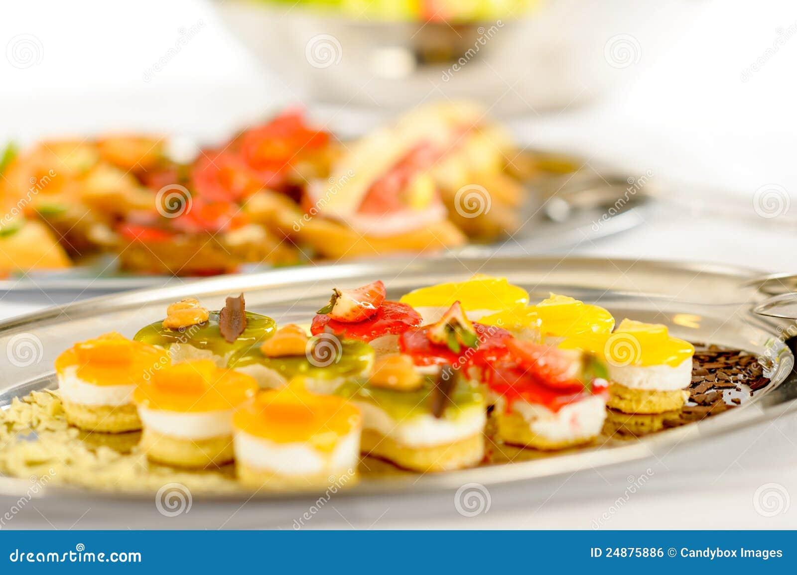 Los mini postres de los aperitivos en el abastecimiento golpean la placa