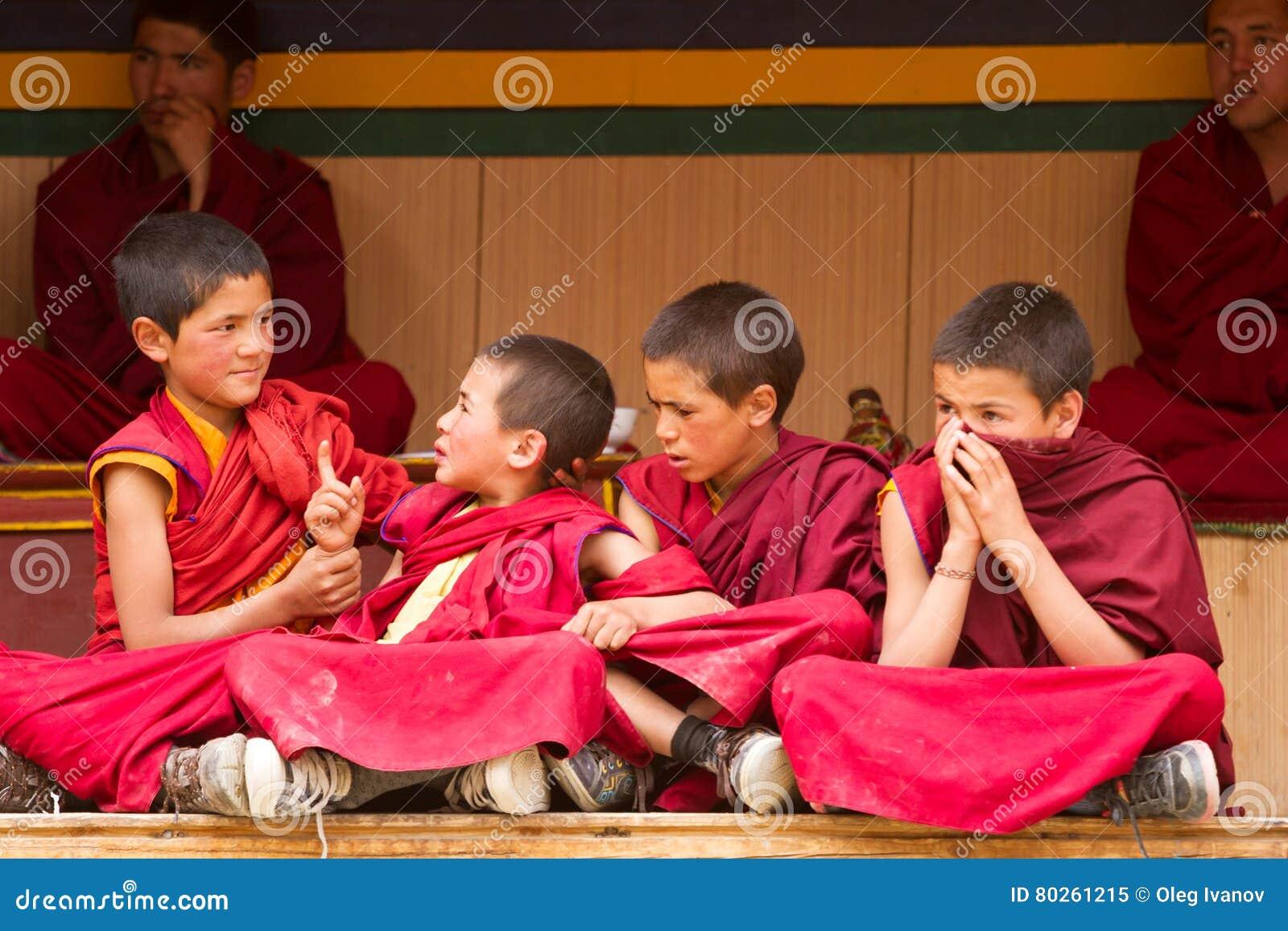 Los monjes agitados de los muchachos en el Cham bailan Festiva en Lamayuru