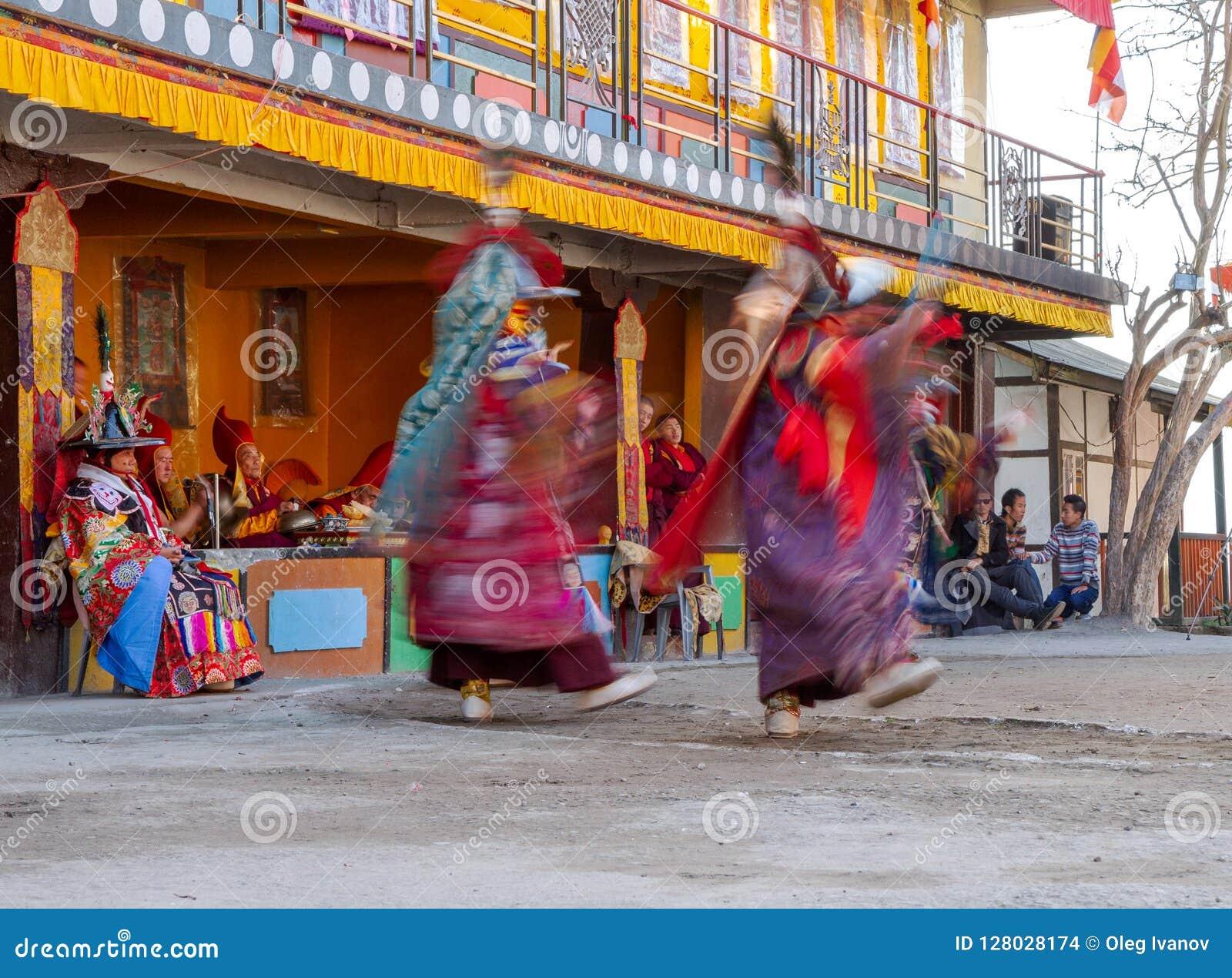 Los monjes realizan danza enmascarada y vestida del budismo tibetano durante el festival de la danza del Cham Los bailarines empa