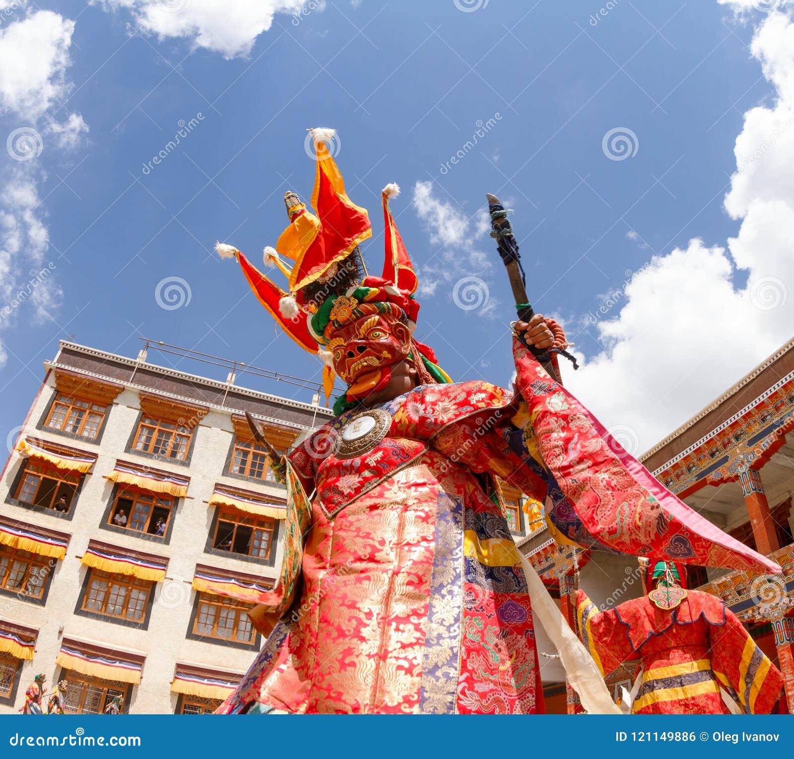 Los monjes realizan una danza enmascarada y vestida religiosa del misterio del budismo tibetano en el festival tradicional de la