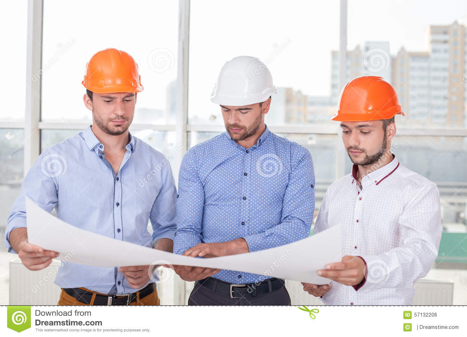 Los montadores jovenes atractivos est n trabajando en un for Todo para el arquitecto