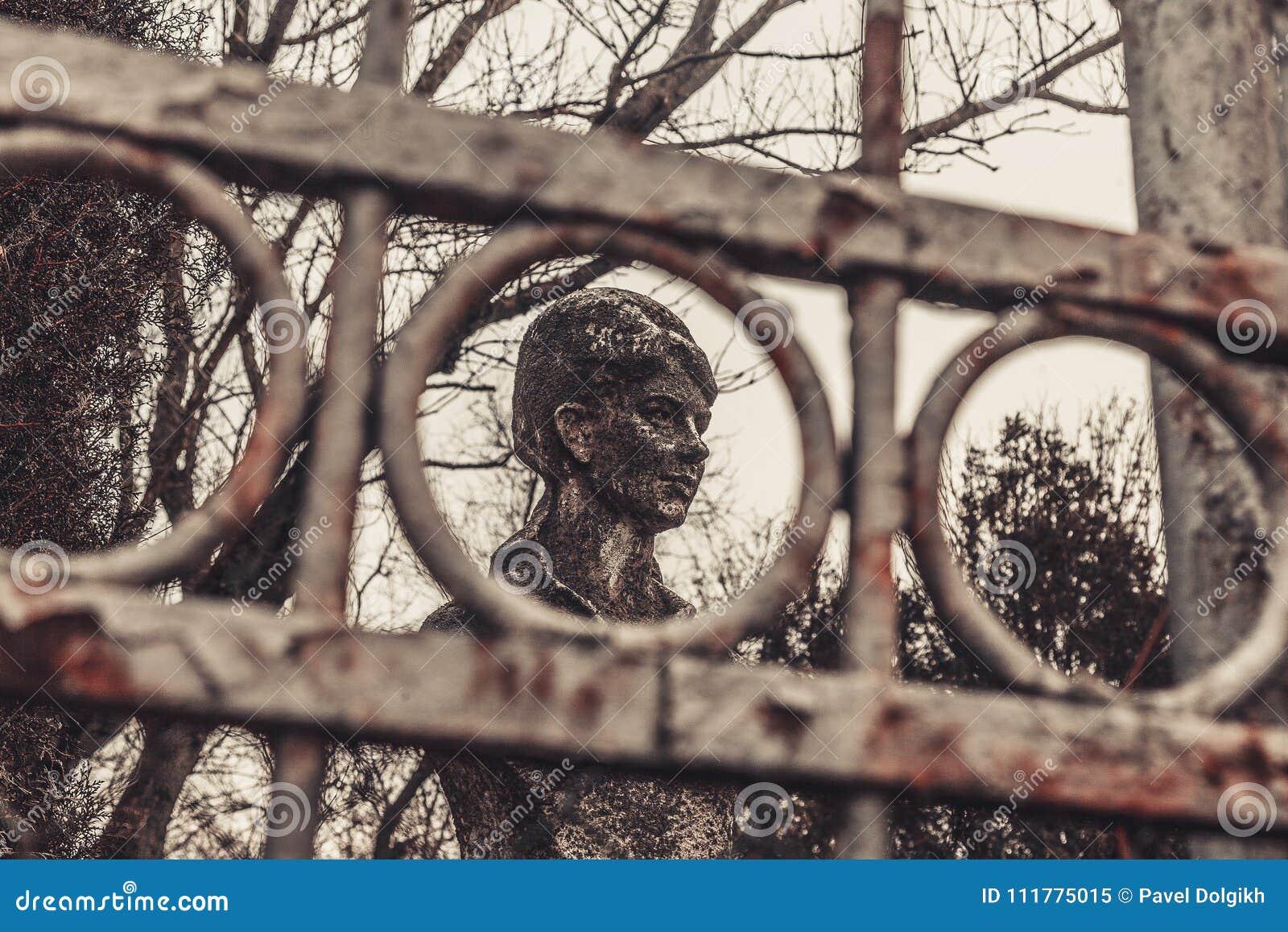 Los monumentos antiguos de las piedras sepulcrales del cementerio de las bebidas espirituosas del fantasma del misterio del misti