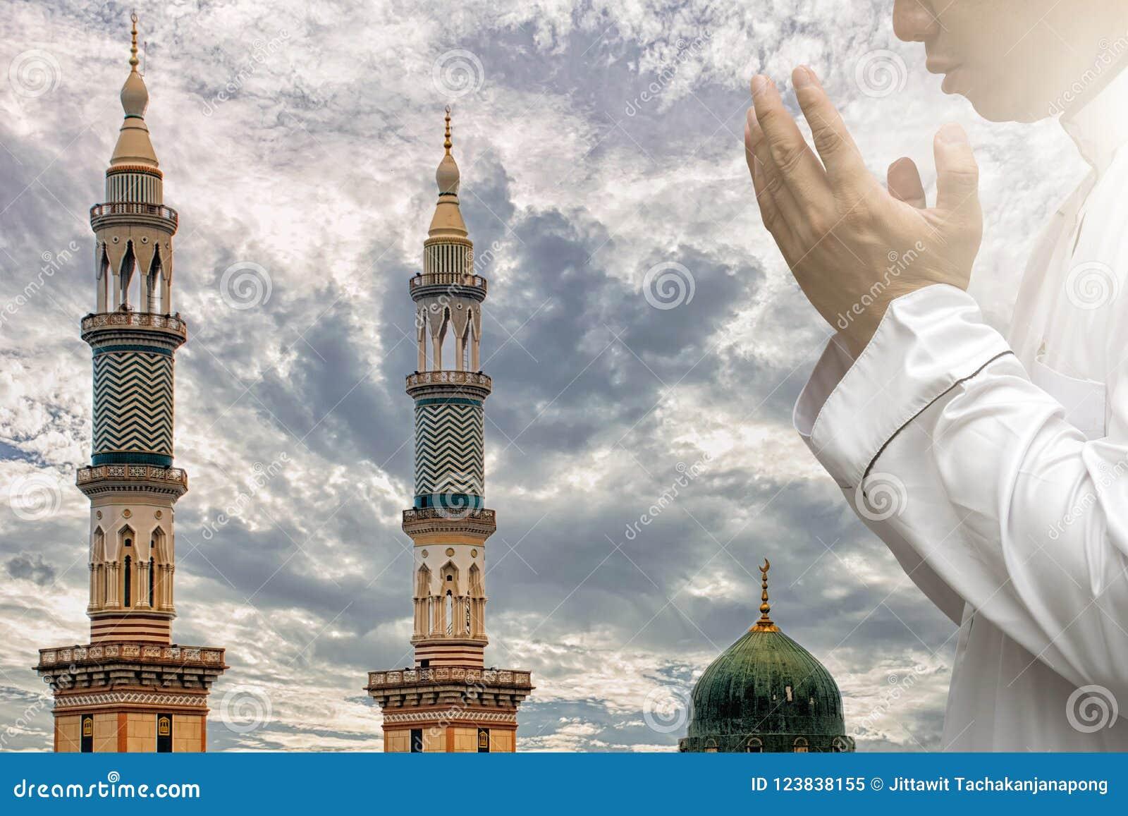 Los musulmanes religiosos, hombres están rogando a su dios del Islam