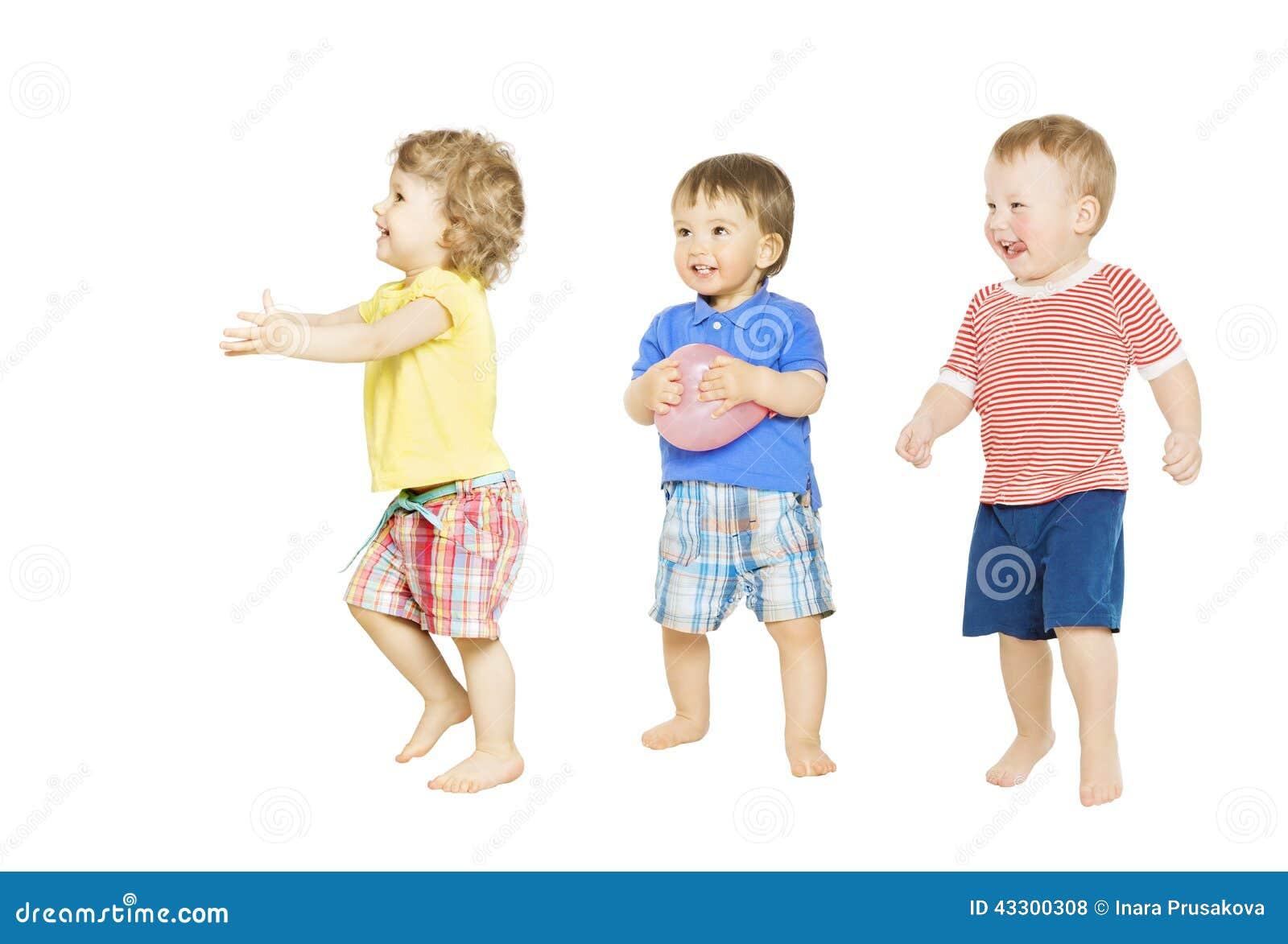 Los niños agrupan jugar los juguetes Los pequeños niños aislaron el fondo blanco