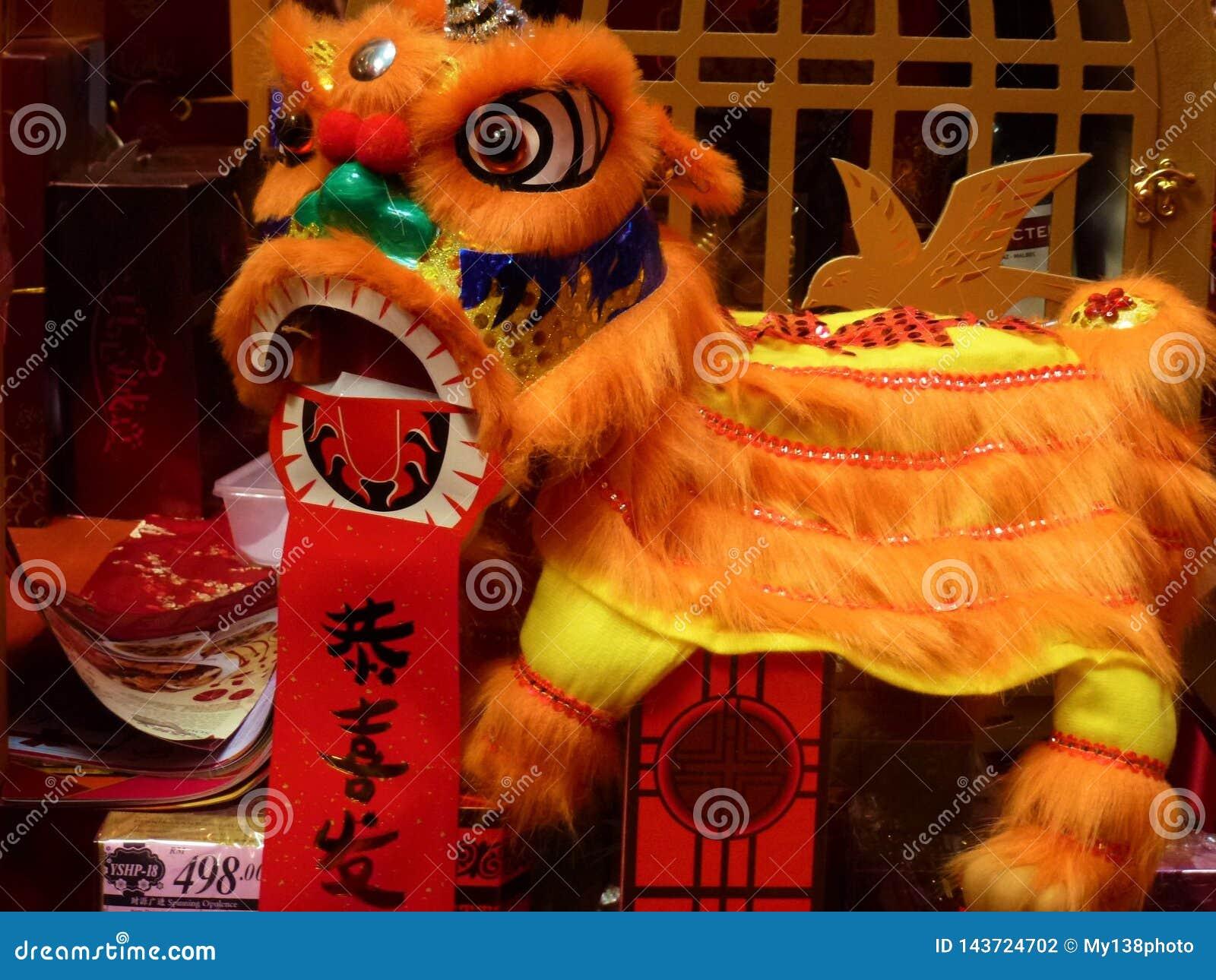 Los niños chinos hechos a mano de la danza de león juegan por Año Nuevo chino