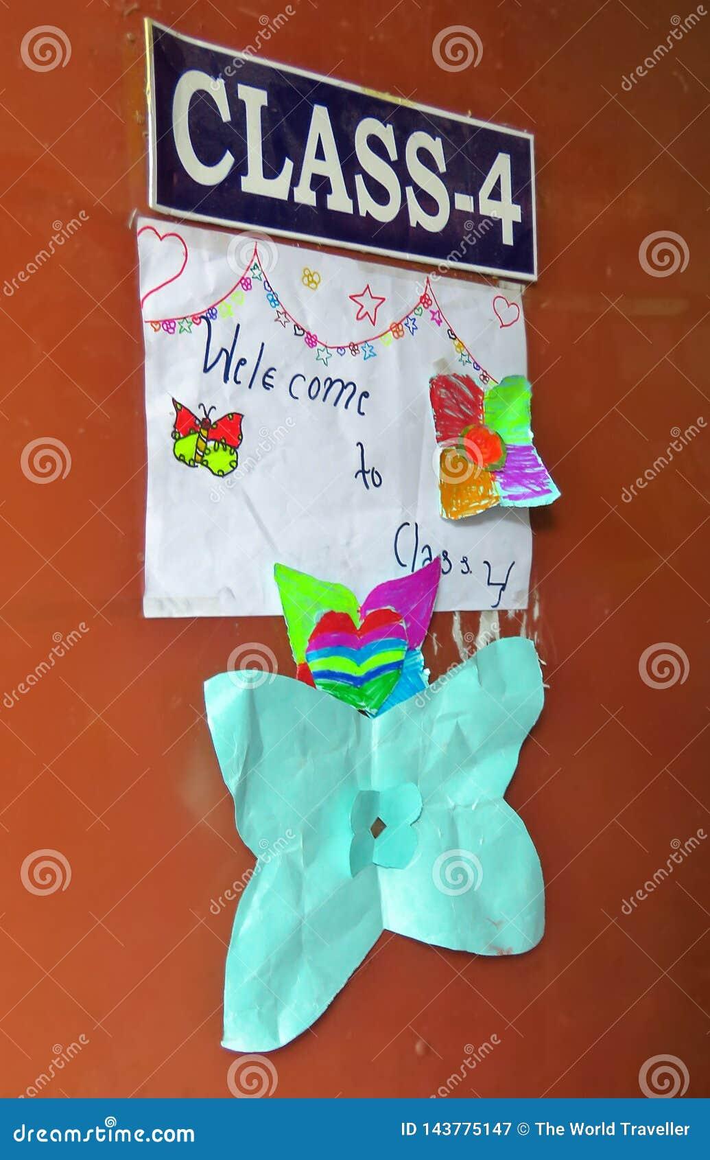 Los niños de la clase 4 adornaron la puerta con los dibujos, Katmandu, Nepal de la sala de clase
