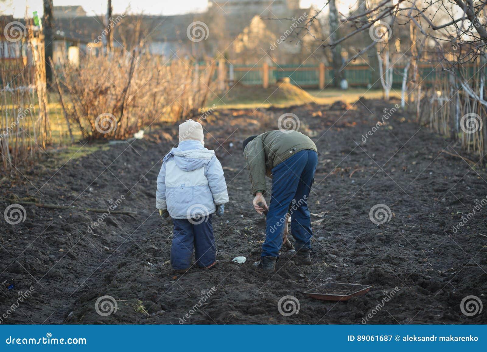 Los niños del pueblo cavan un huerto en la primavera