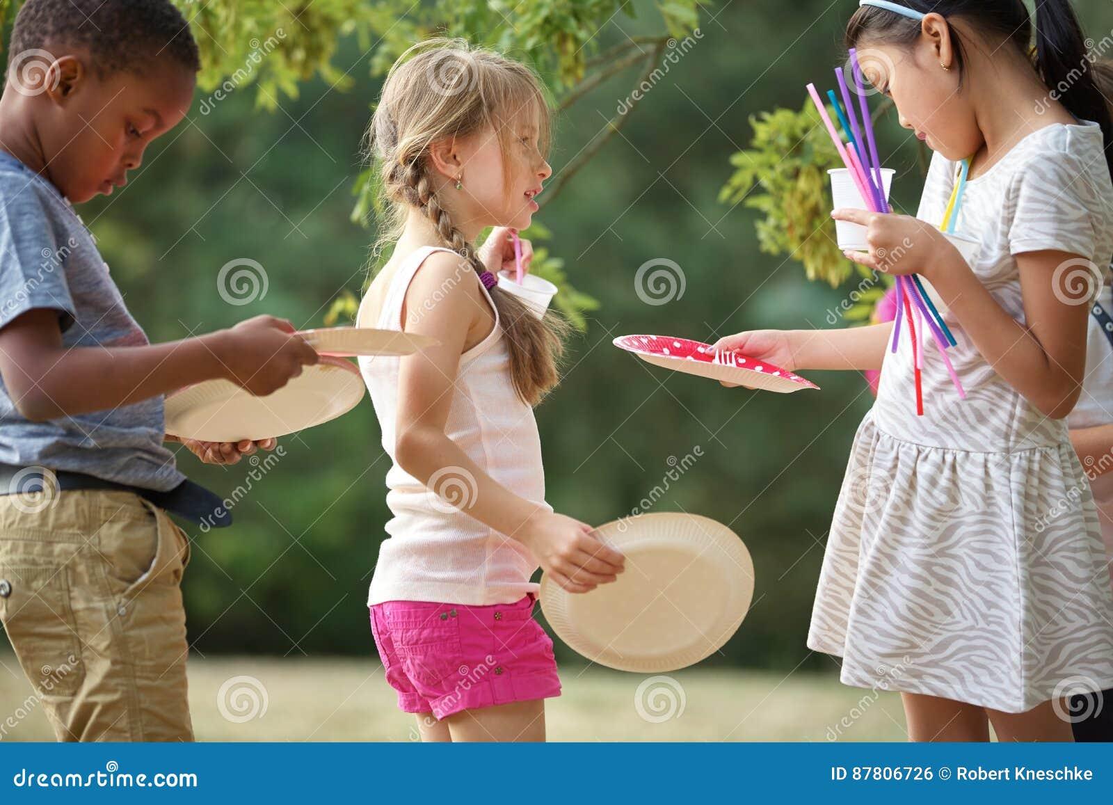 Los niños distribuyen las placas en un partido