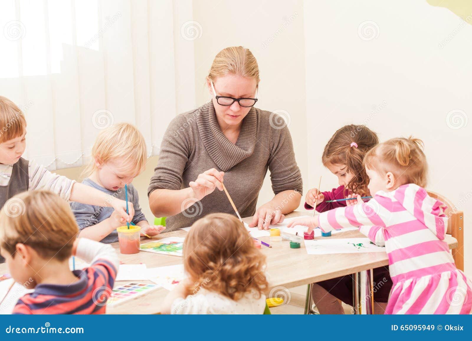 Los niños están pintando imagen de archivo. Imagen de muchacha ...