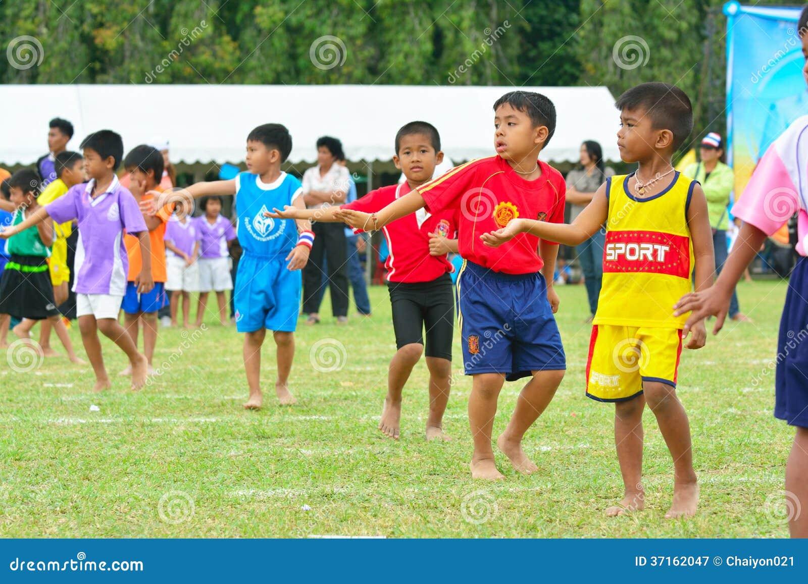 Los Niños Que Hacen Un Trabajo En Equipo Corren La Carrera En El ...