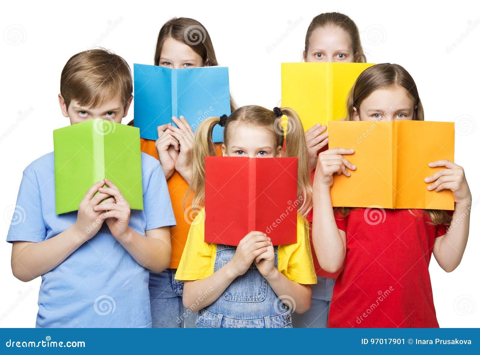 Los niños que leen los libros abiertos, escuela embroman los ojos del grupo, cubiertas en blanco