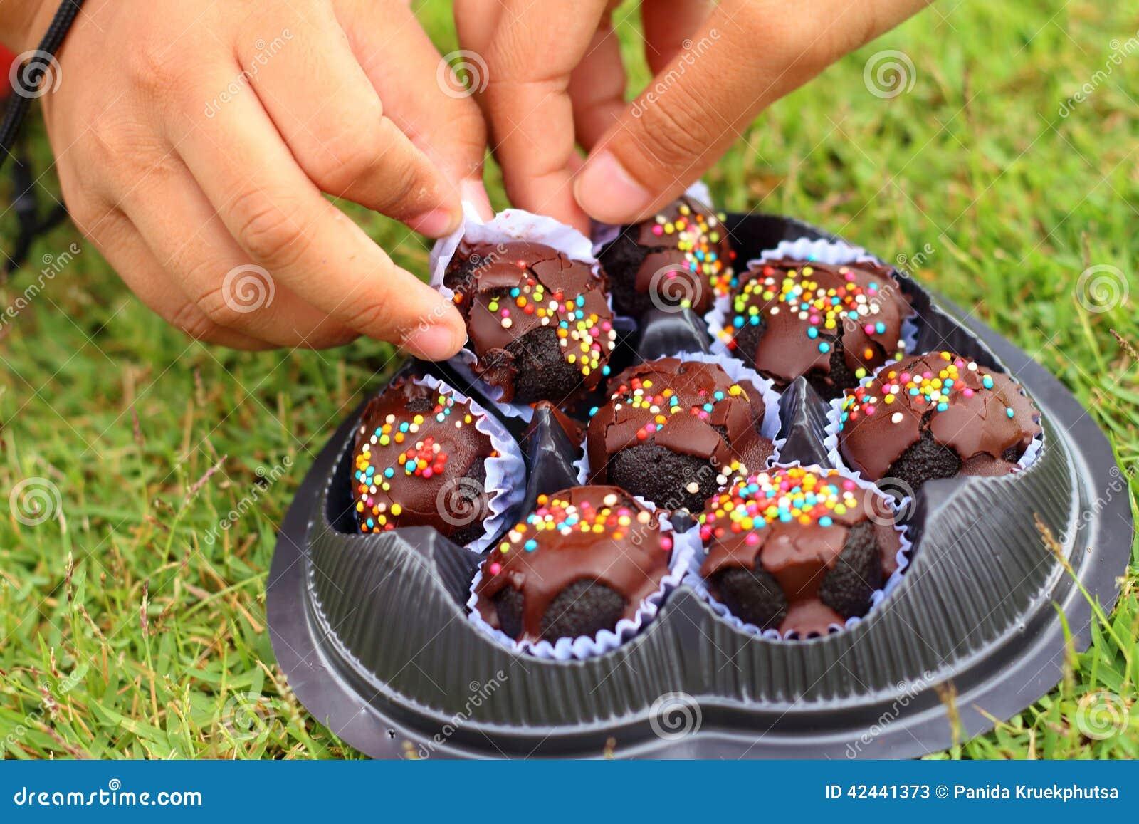 Los niños son dulces admitidos de la mano a comer