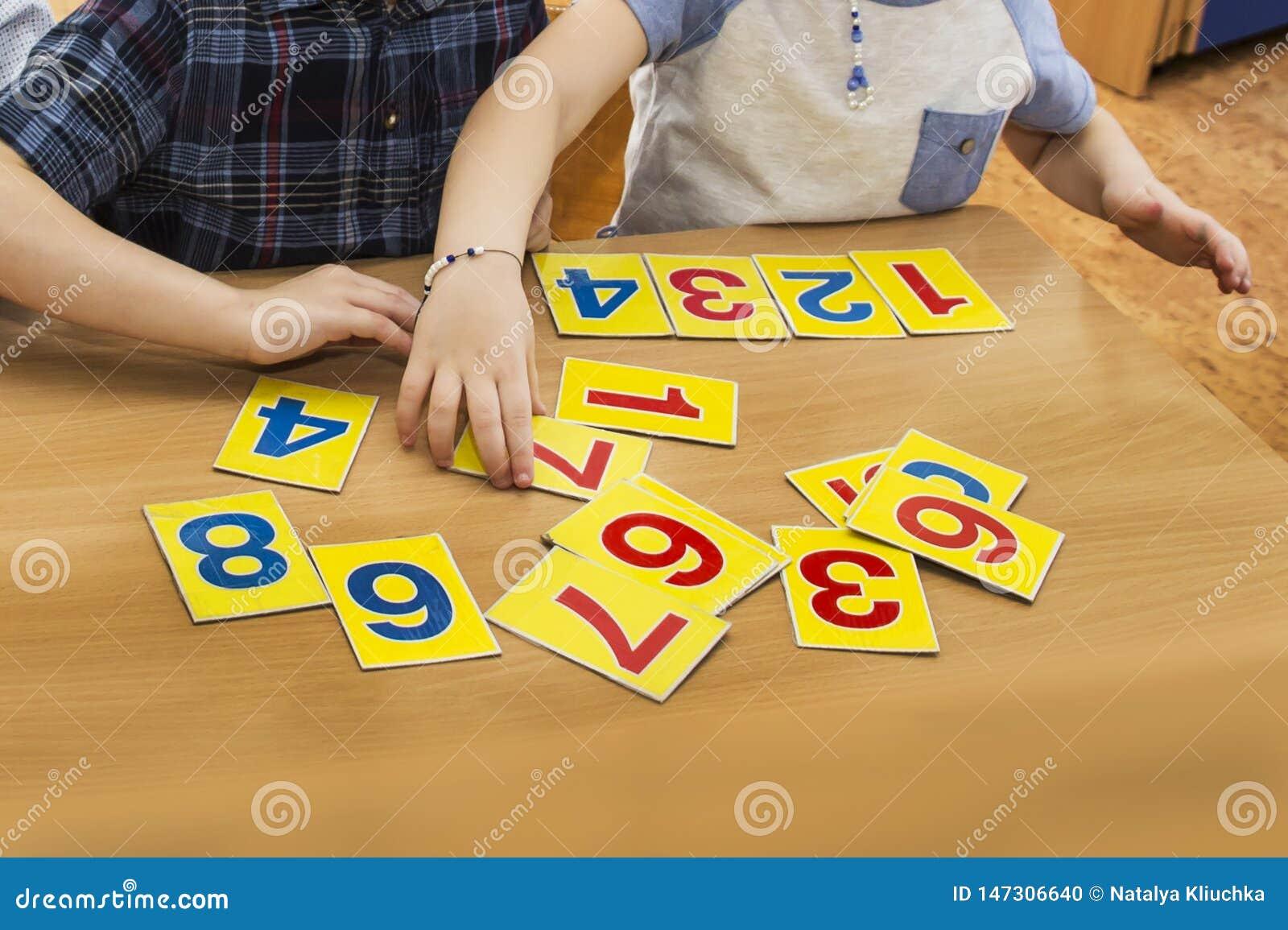 Los ni?os est?n jugando Juegos educativos Un ni?o en guarder?a Las manos de un ni?o matem?ticas Tarjetas para el desarrollo