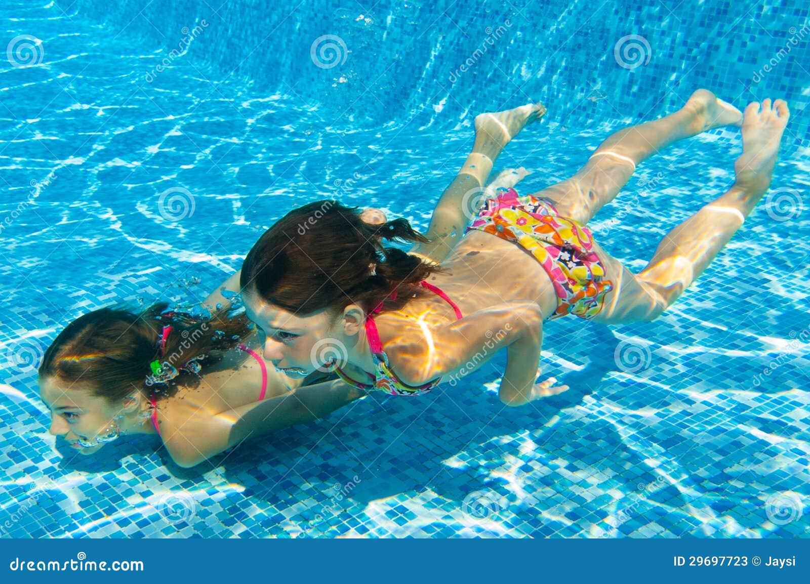 Image gallery ninos nadando for Agua de la piscina turbia
