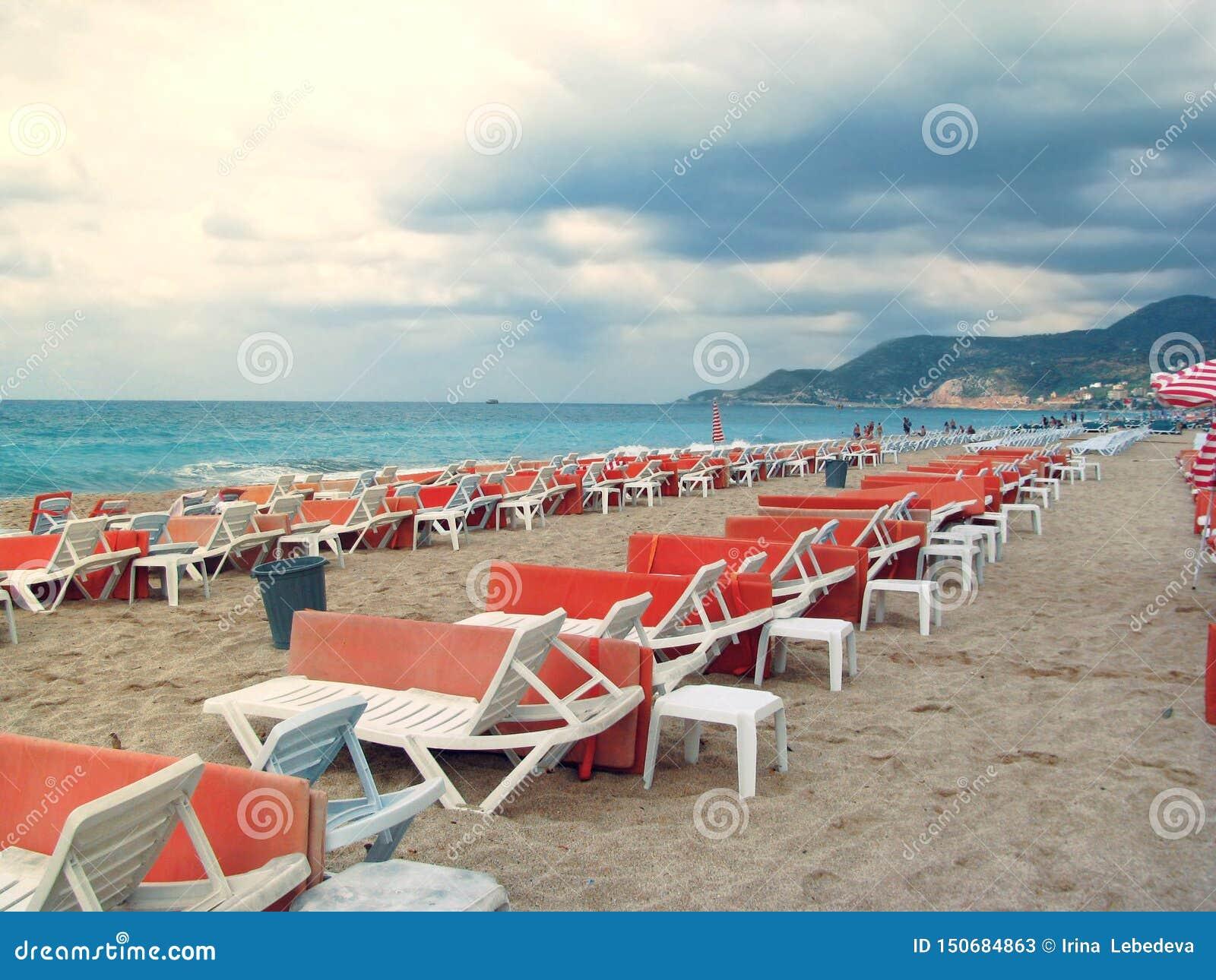 Los ociosos solos y vacíos del sol por el mar están esperando a turistas