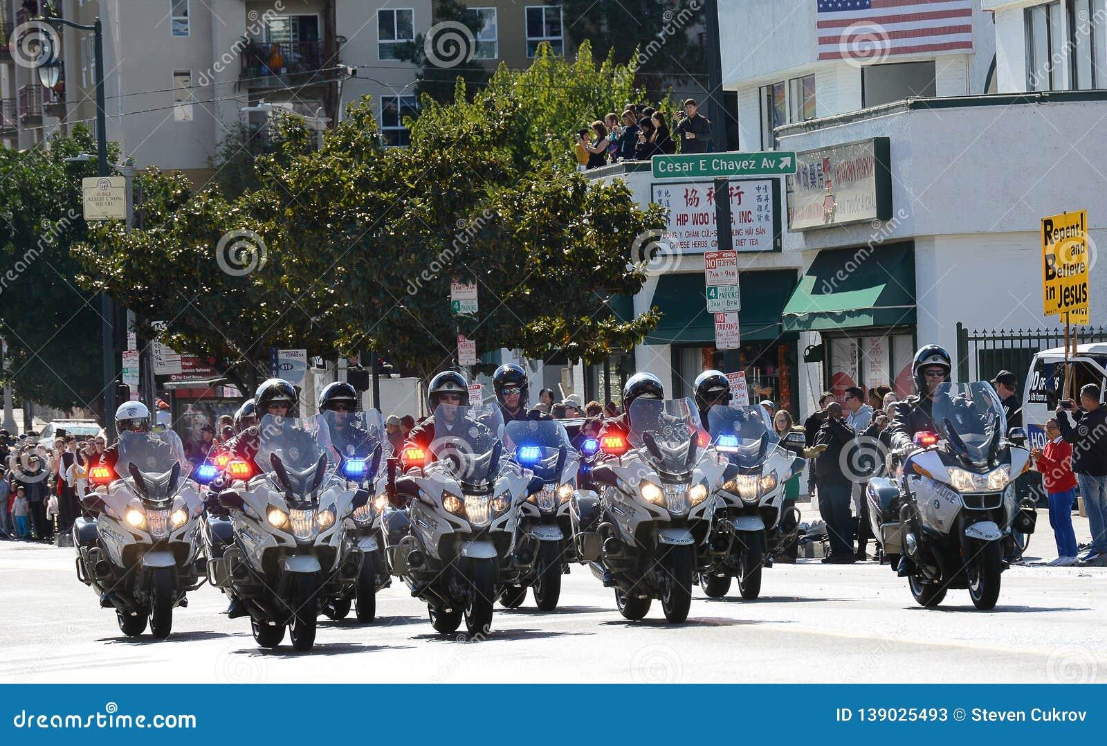 Los oficiales de la motocicleta de LAPD golpean apagado a Dragon Parade con el pie de oro, celebrando el Año Nuevo chino