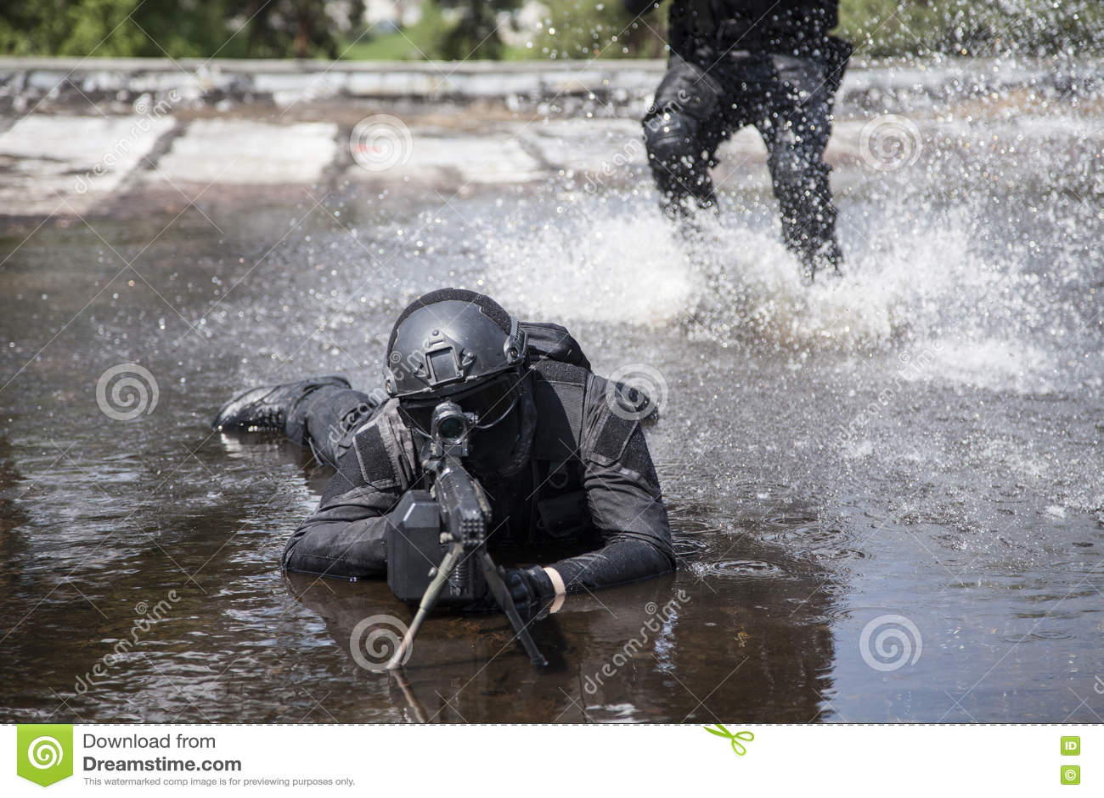 Los oficiales de policía de los ops de espec. GOLPEAN CON FUERZA en el agua