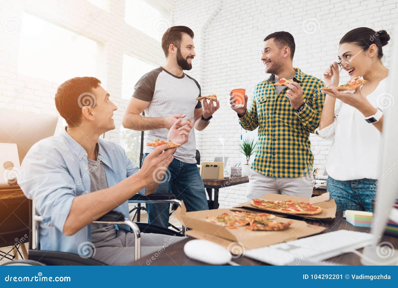 Comiendo Y La Una Silla Hombre Están Los Oficinistas Ruedas De El En TlFcJK1