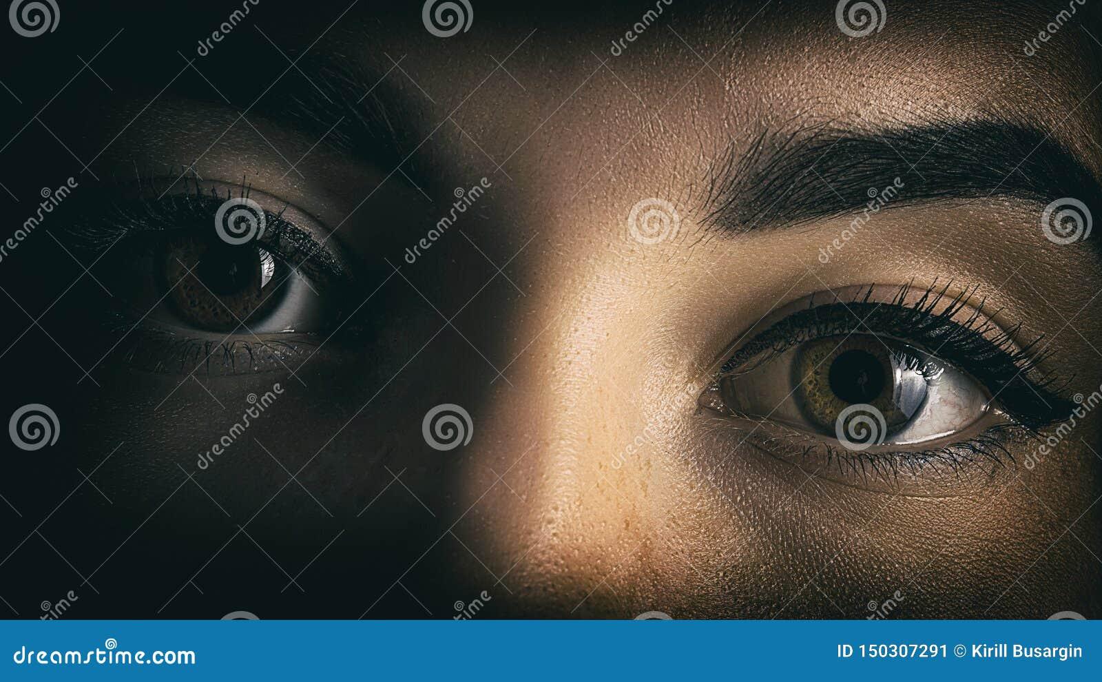 Los ojos de la muchacha cierran el retrato del horror de las sombras