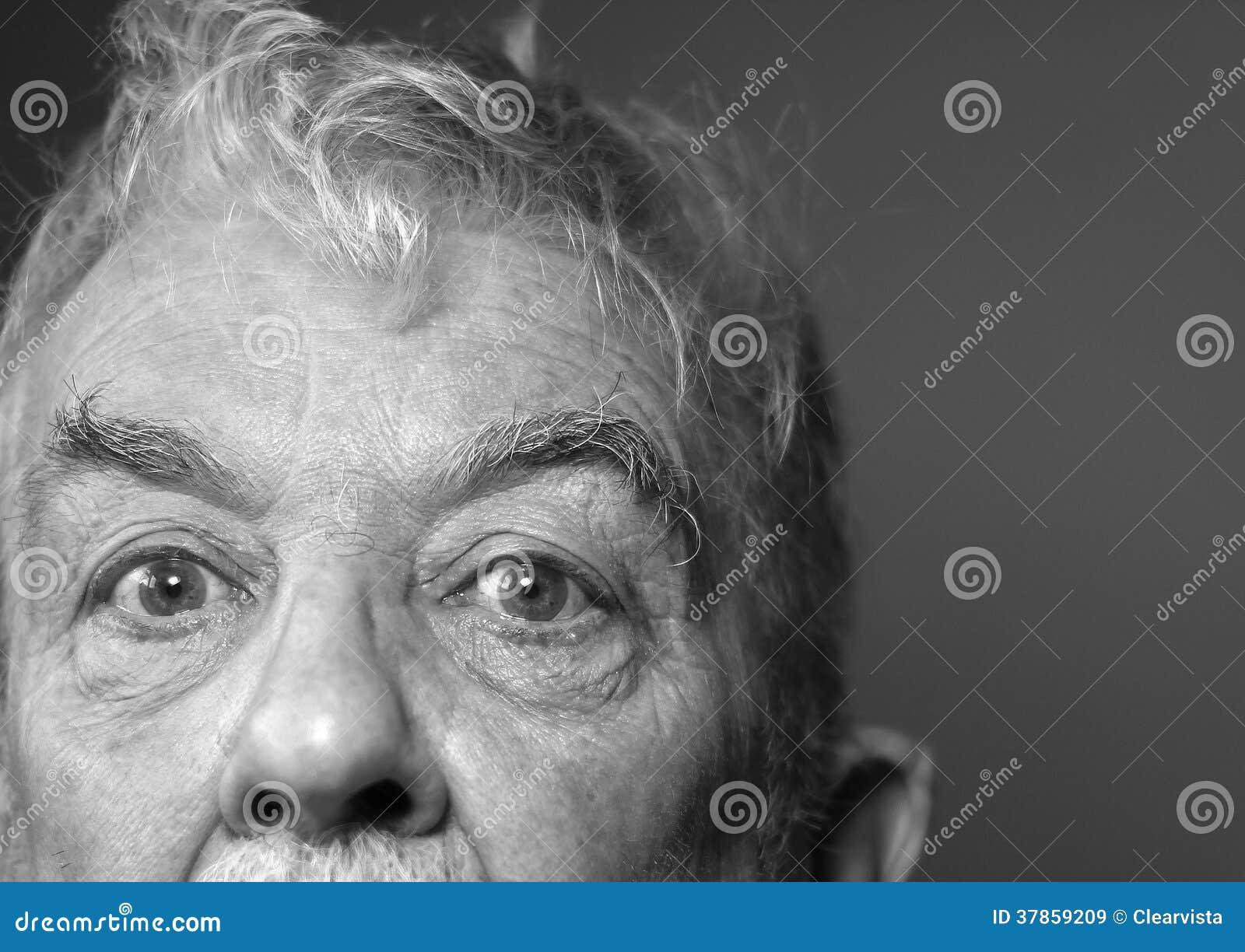 Los Ojos Tristes Del Viejo Hombre Blanco Y Negro Imagen De Archivo