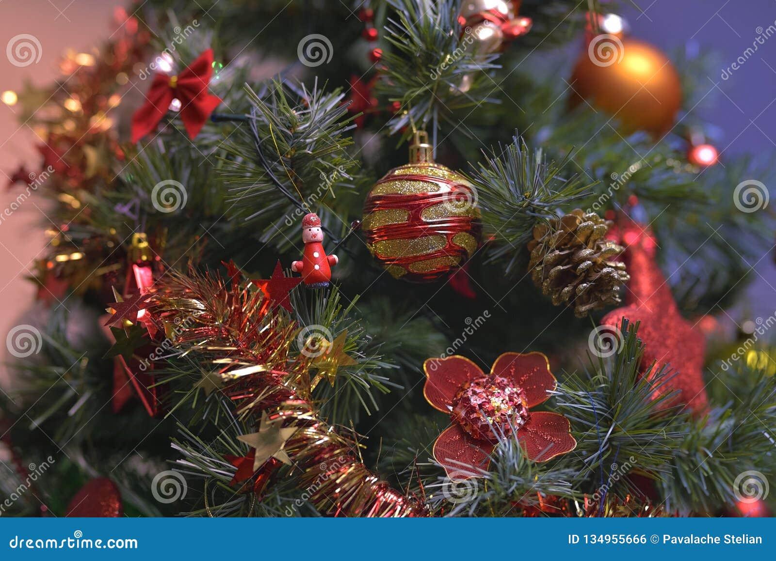 Los ornamentos del árbol de navidad colgaron para arriba con las luces