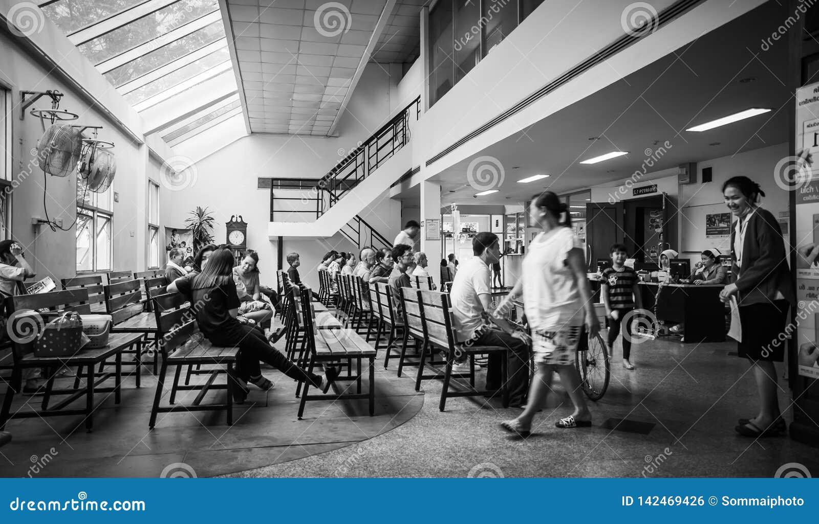 Los pacientes eran sala de espera de los asientos de recibir el tratamiento de un doctor, fondos en hospital en el hospital de Kl