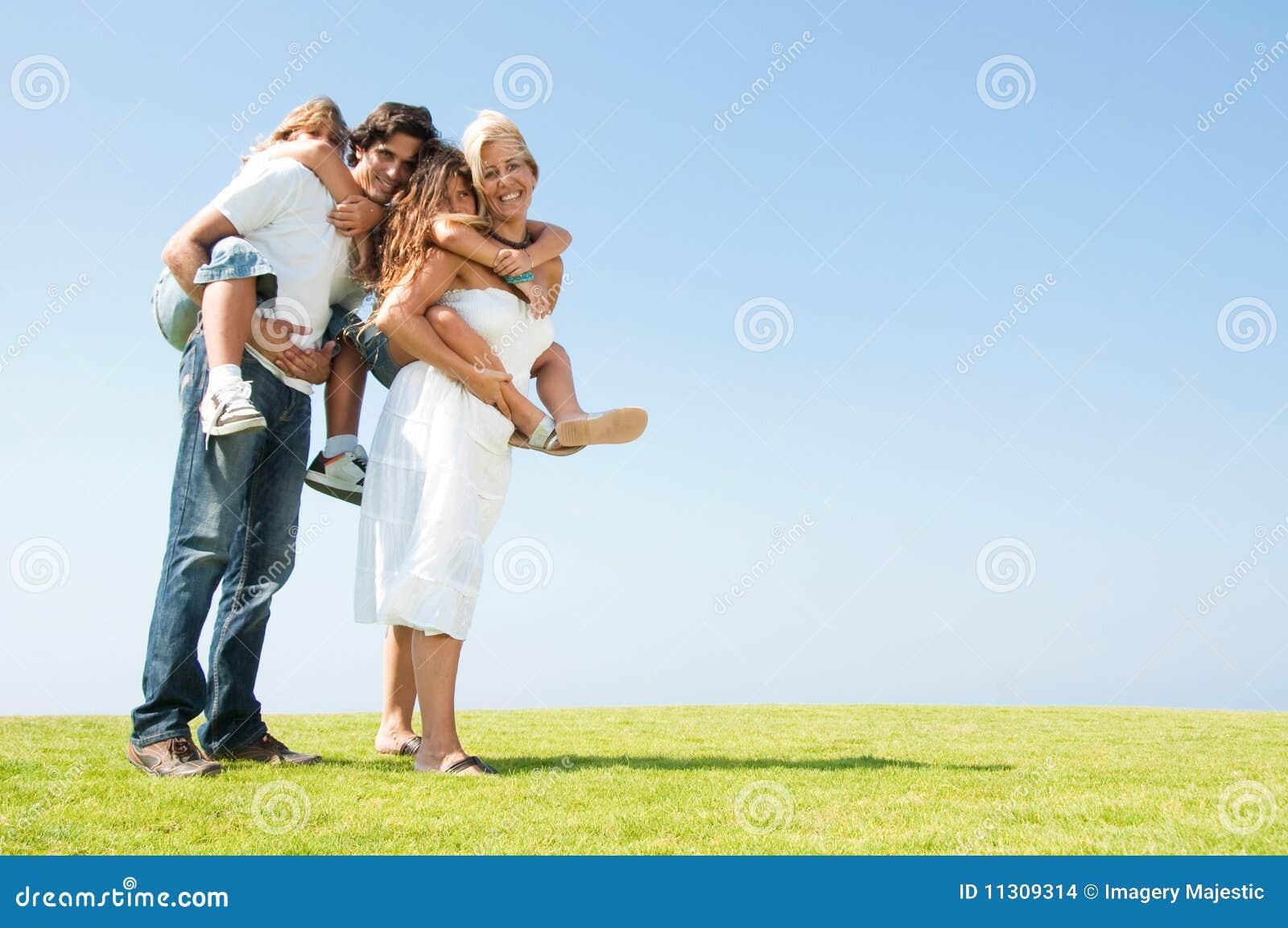Los padres que dan a cuestas montan