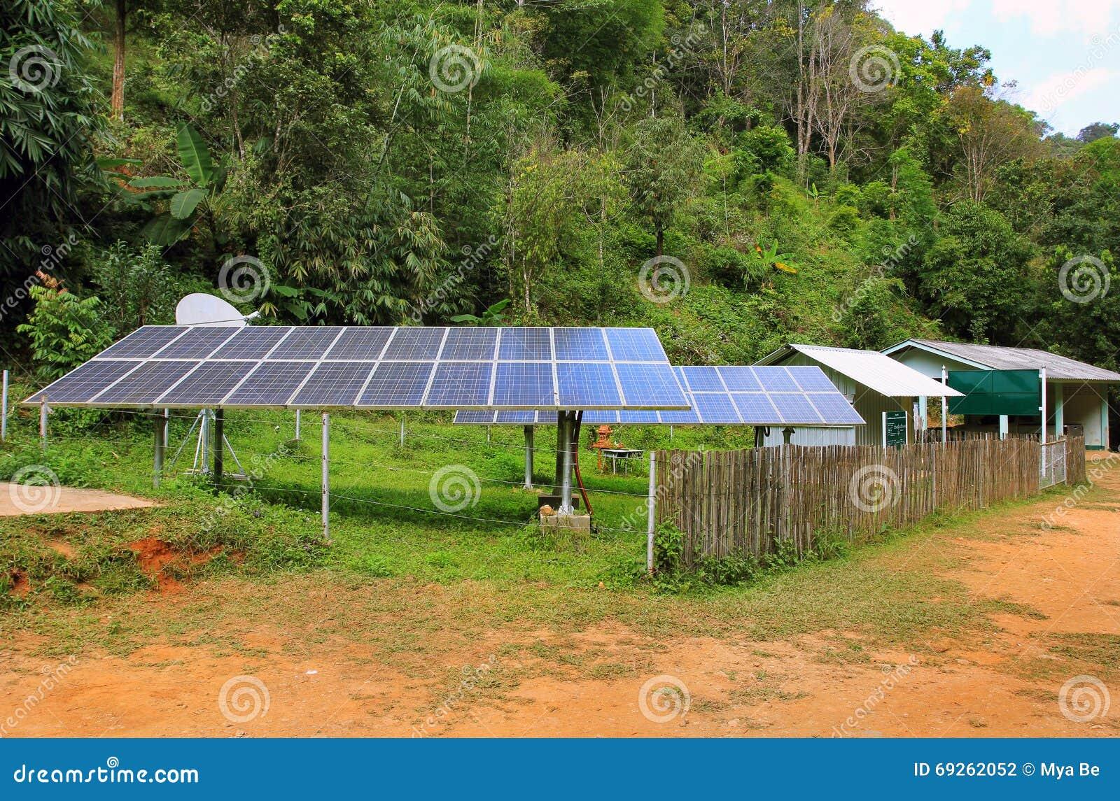 Los paneles de energía solar en un pueblo del Este de Asia, en selva