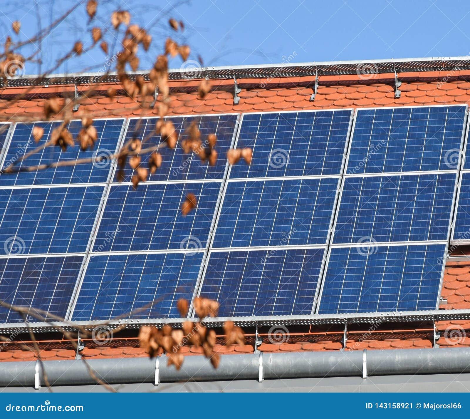 Los paneles solares en la azotea de un edificio