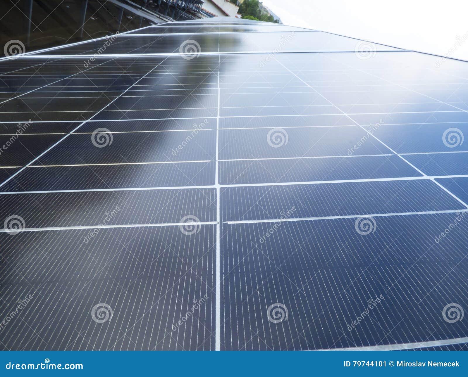 Los paneles solares en una azotea