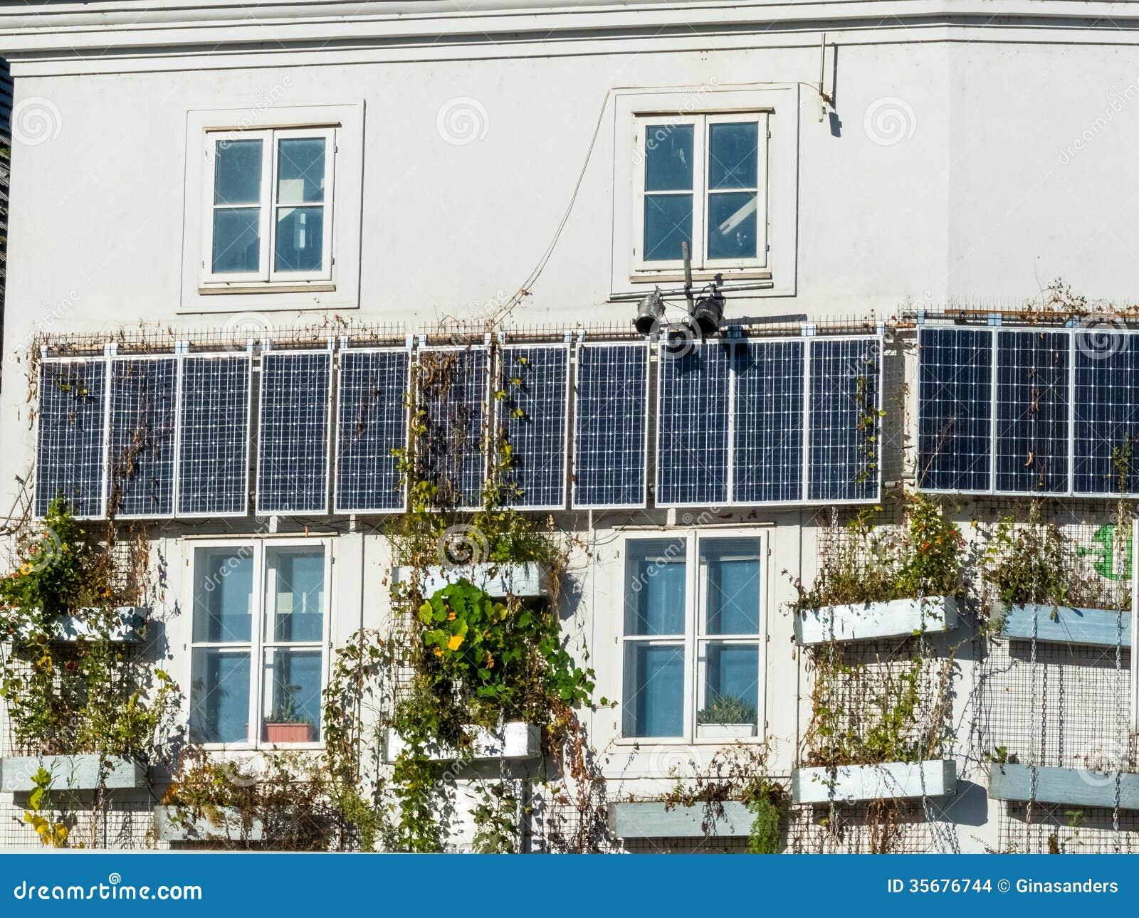 Los paneles solares en una casa foto de archivo imagen 35676744 - Paneles solares para abastecer una casa ...