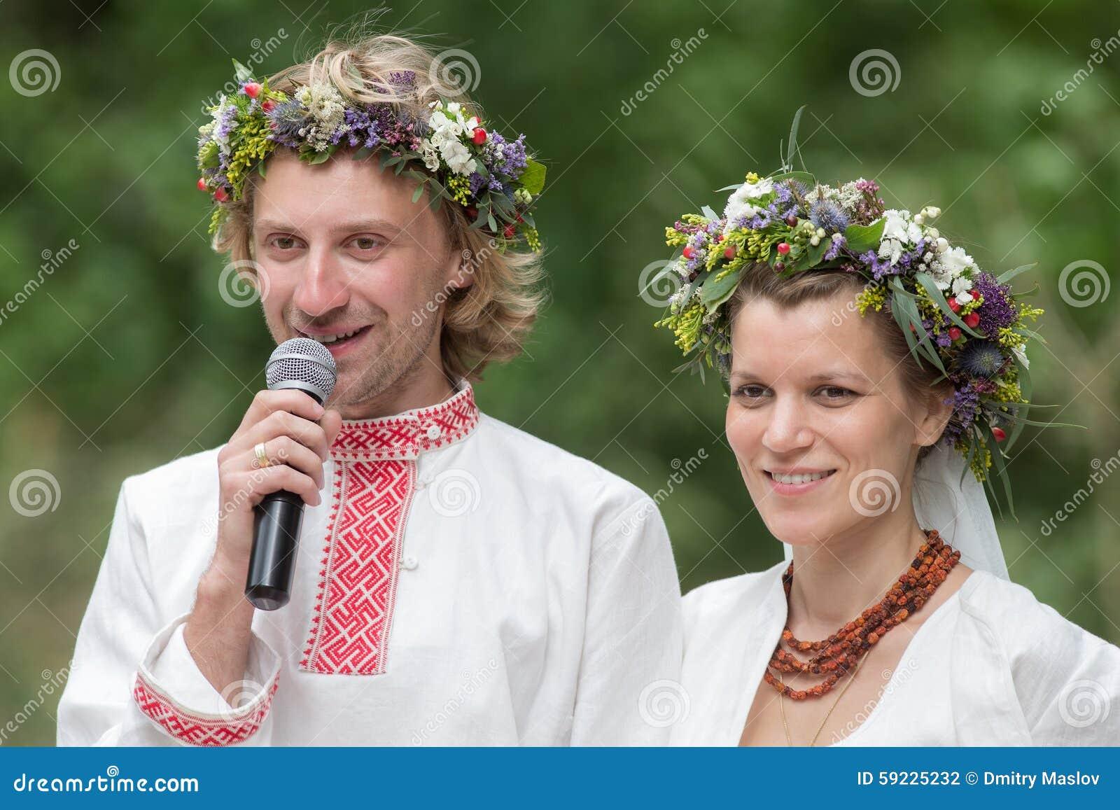 Download Los Pares Acogieron Con Satisfacción A Las Huéspedes Foto de archivo - Imagen de novia, alineada: 59225232