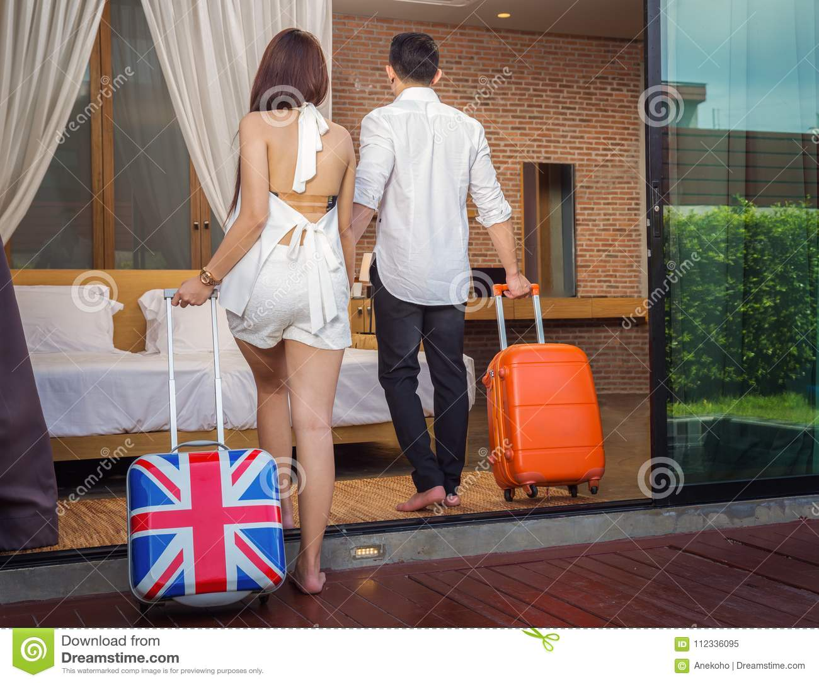 Los pares asiáticos caminan para acostar el sitio en centro turístico