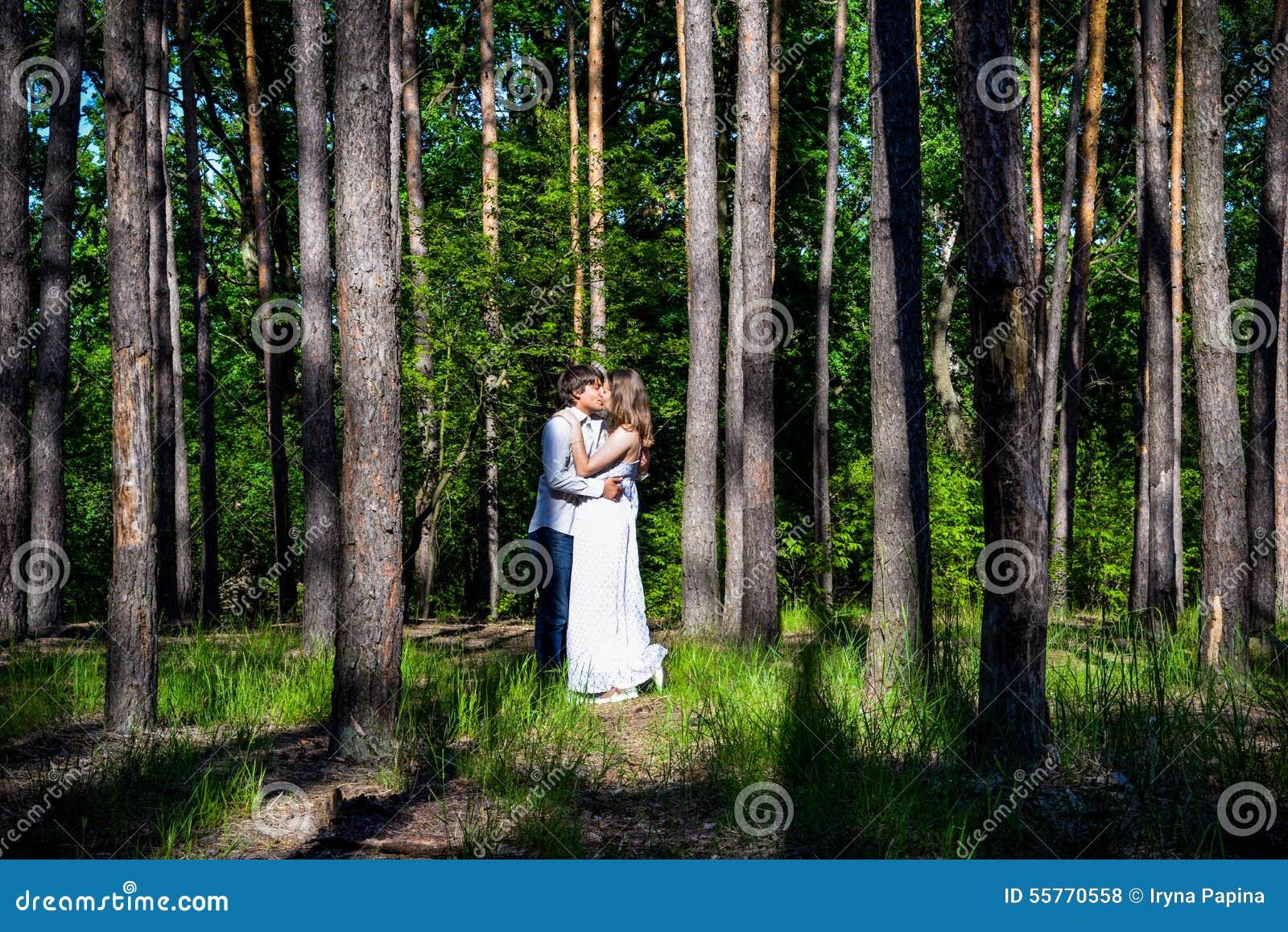 Los pares cariñosos felices jovenes disfrutan de un momento de felicidad en bosque