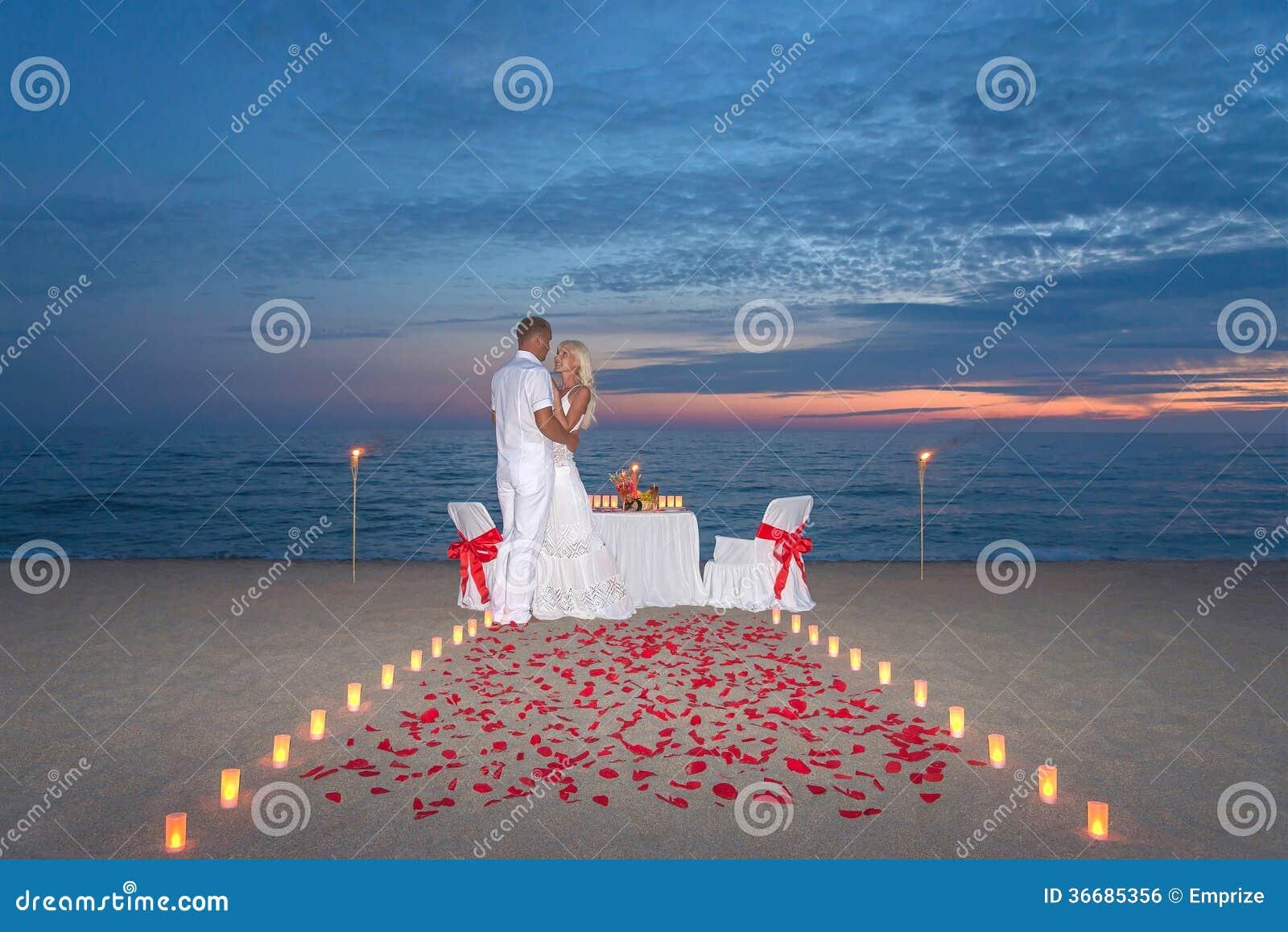 Los pares comparten una cena rom ntica con las velas - Cena romantica con velas ...